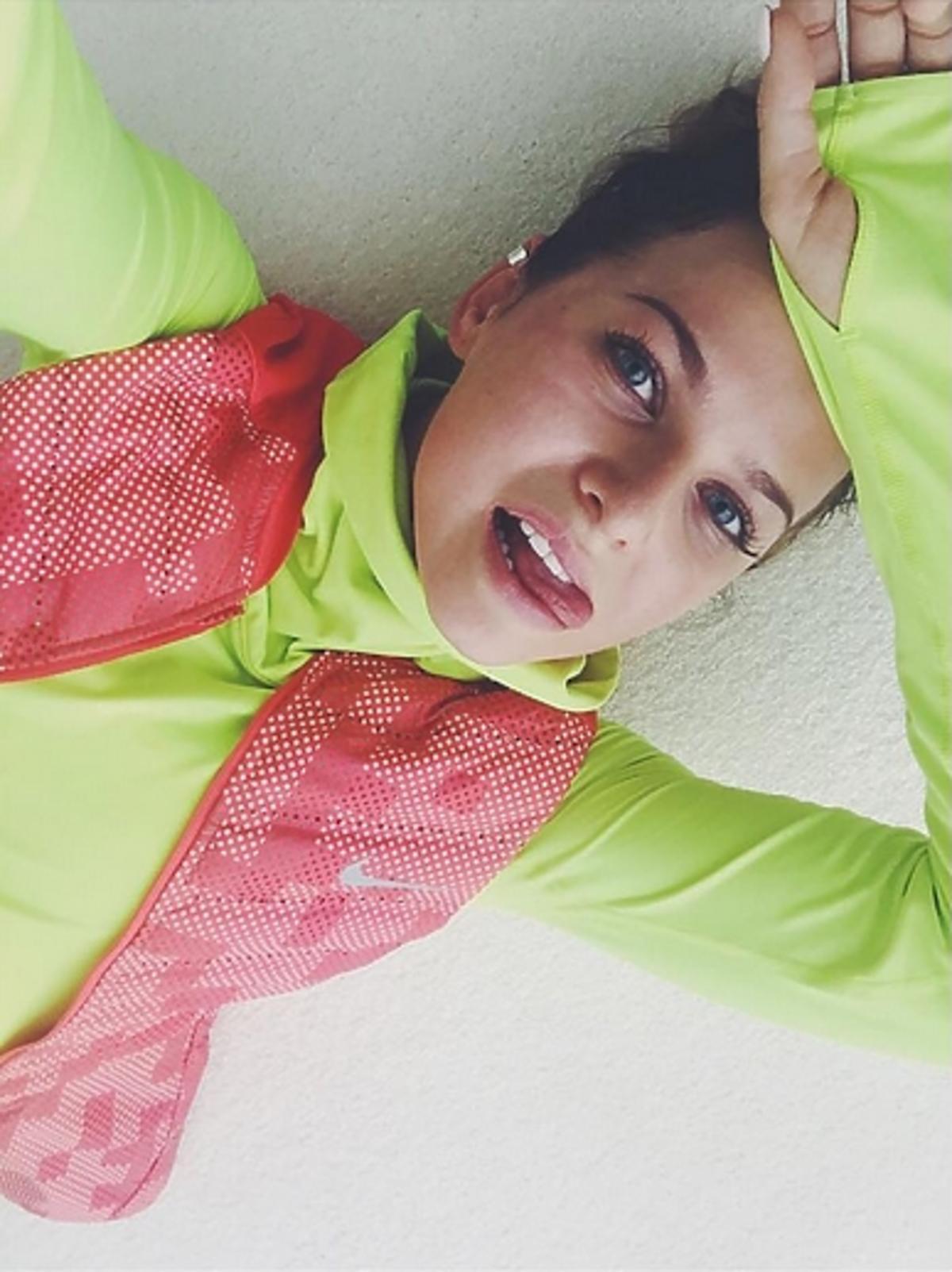 Ania Lewandowska w zielonym dresie i kamizelce