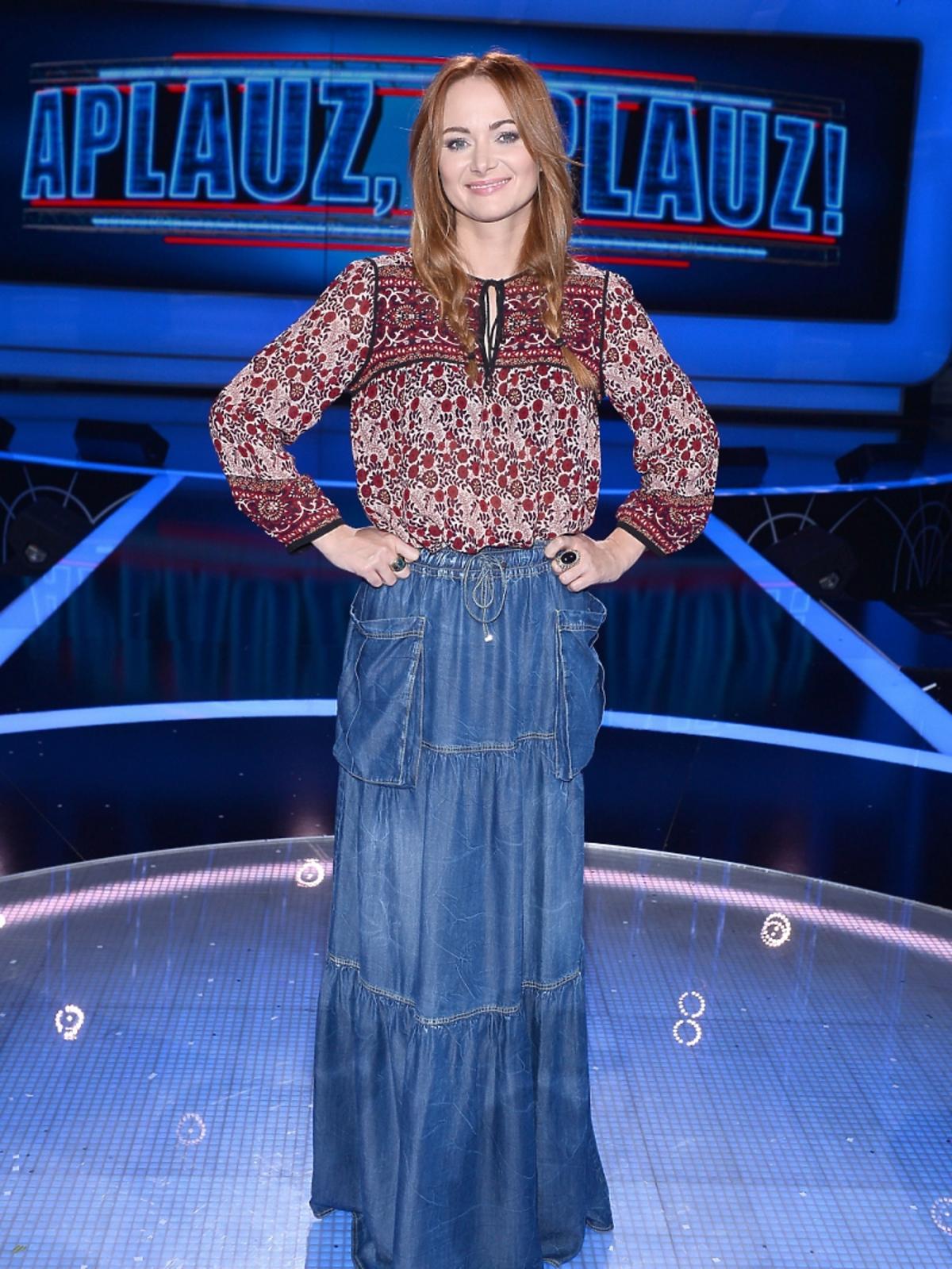 Ania Rusowicz w długiej,niebieskiej spódnicy