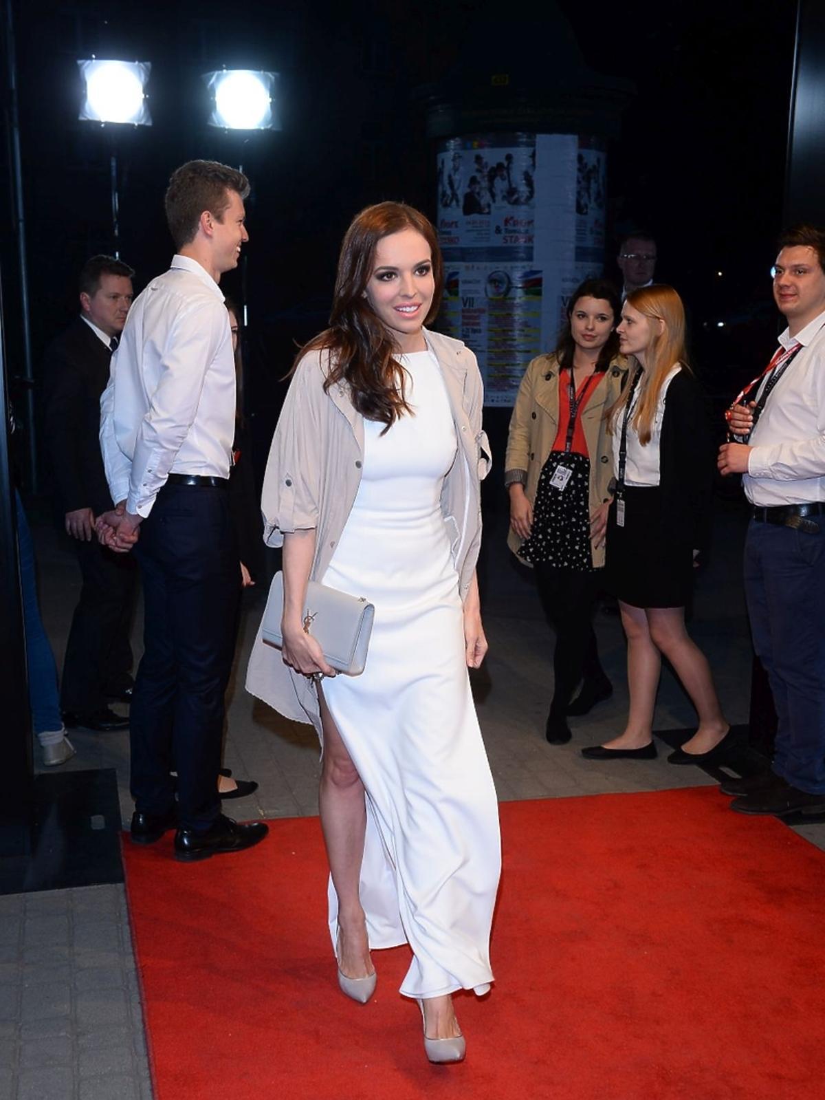 Ania Wendzikowska w białej sukience