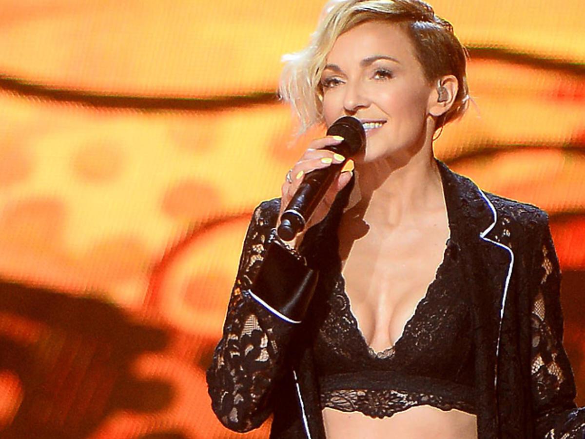 Ania Wyszkoni z mikrofonem