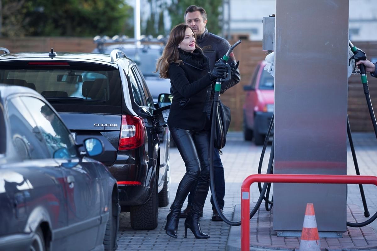 Anita Sokołowska tankuje auto