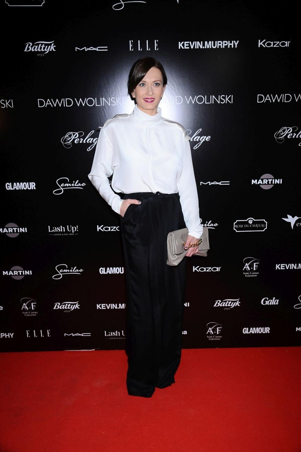 Anita Sokołowska w białej bluzce i czarnych spodniach
