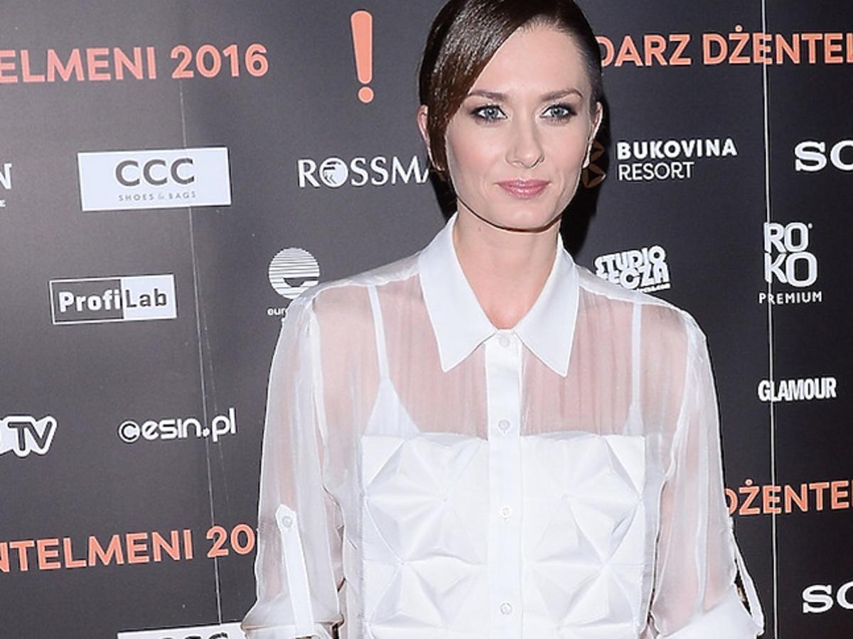 Anita Sokołowska w białej koszuli z prześwitami i czarnych spodniach