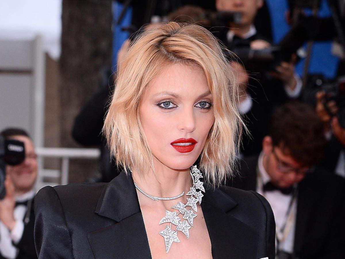 Anja Rubik Cannes 2019 w czarnym garniturze i naszyjniku Boucheron