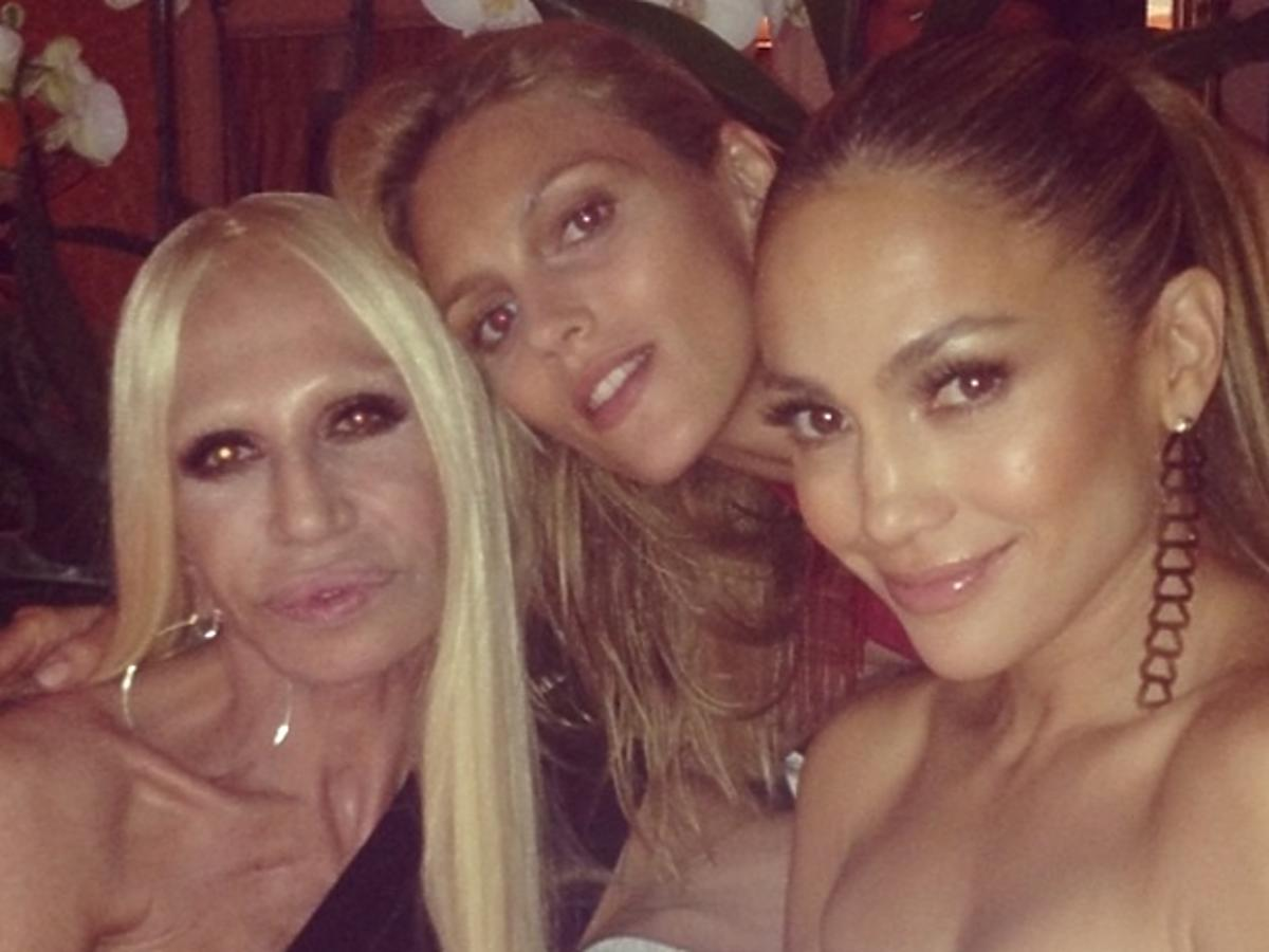Anja Rubik na pokazie Versace z Donatellą Versace i Jennifer Lopez