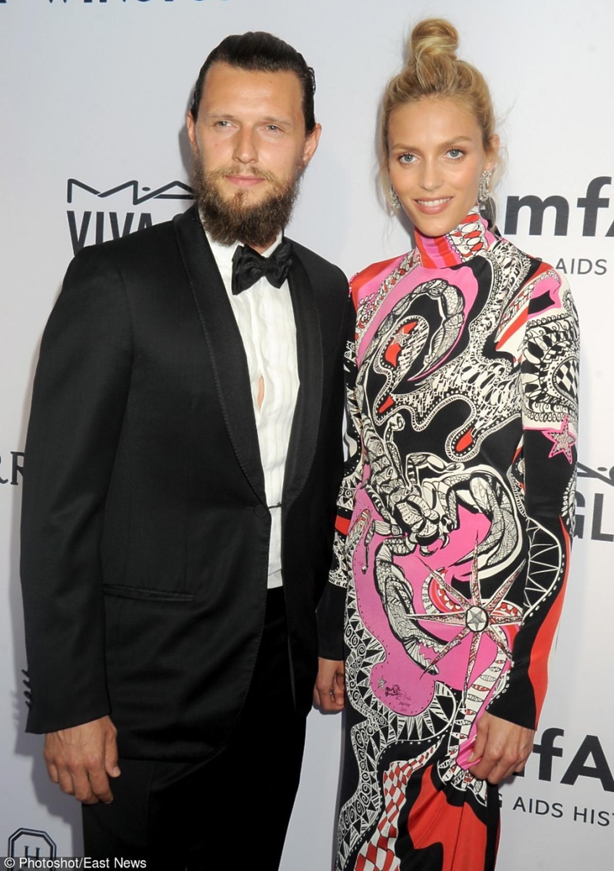 Anja Rubik w sukni we zory i kokiem z mężem Sashą Knezevicem z brodą na czerownym dywanie