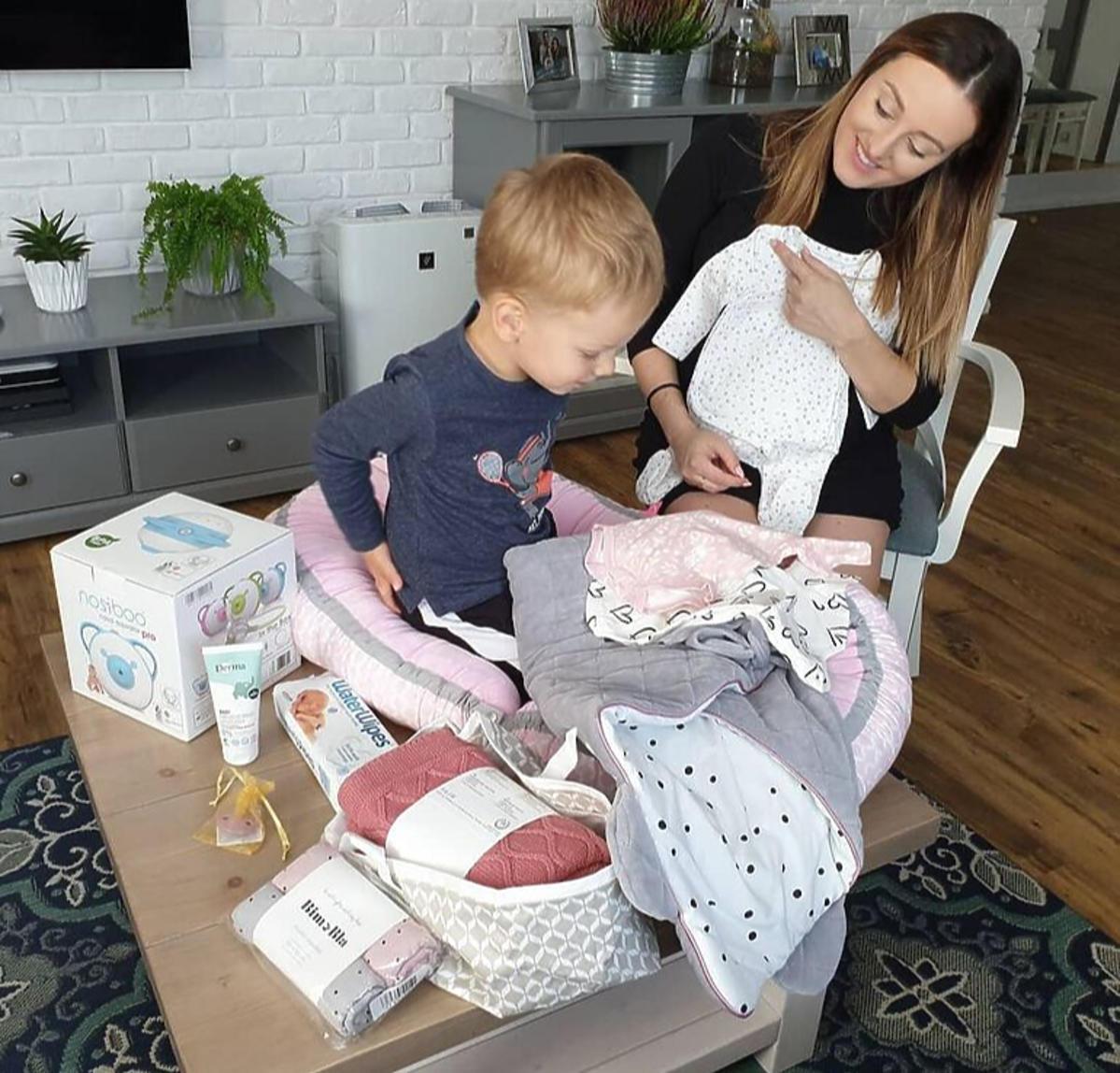 Anna Bardowska wraz z synem przygotowuje wyprawkę dla córki