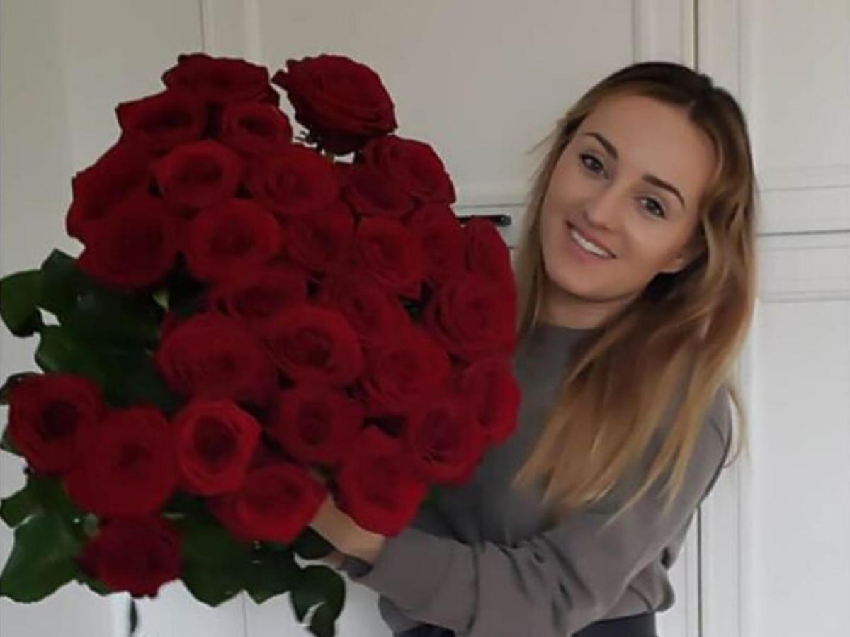 Anna Bardowska z bukietem czerwonych róż