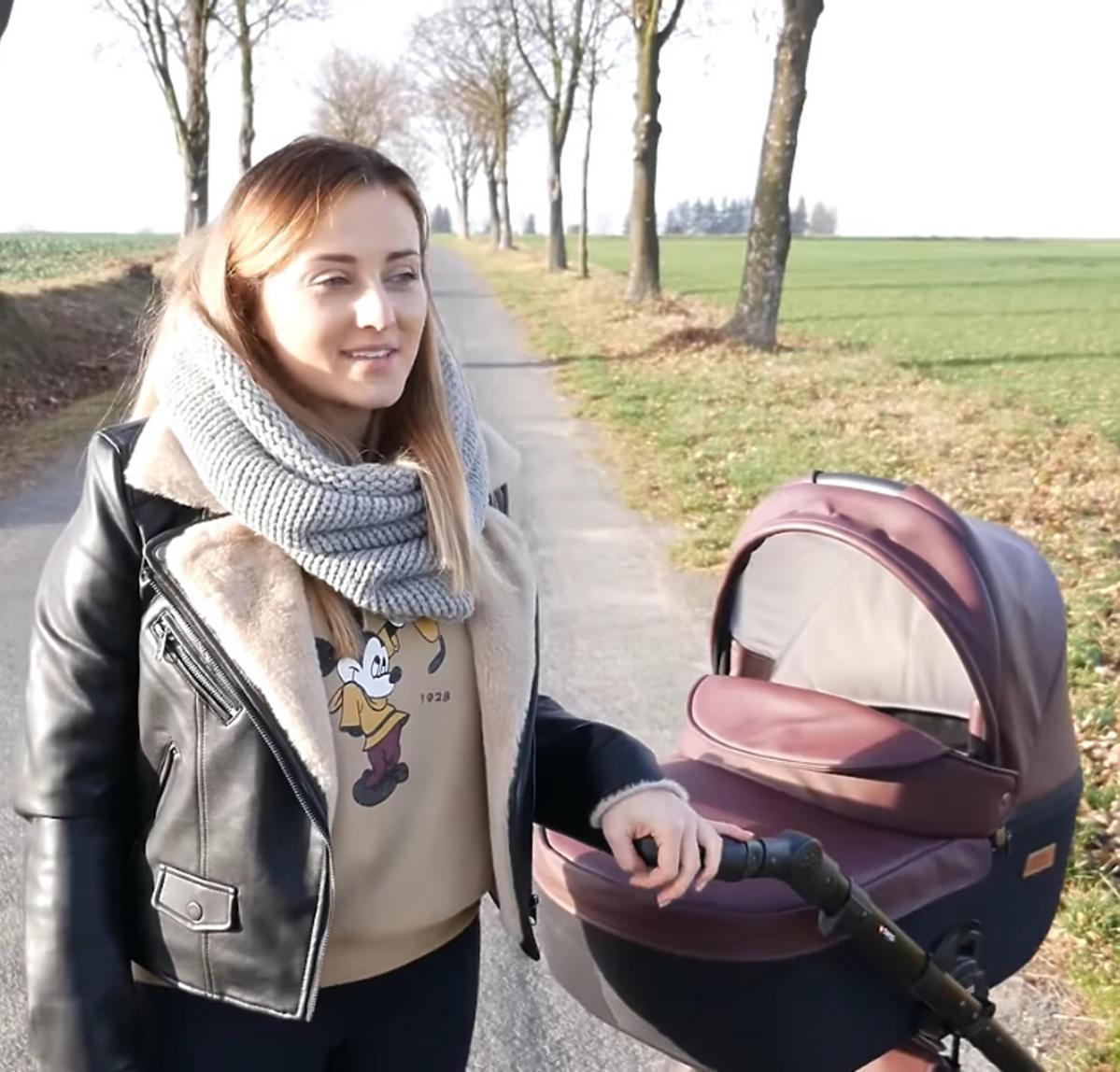 Anna Bardowska z córką na spacerze