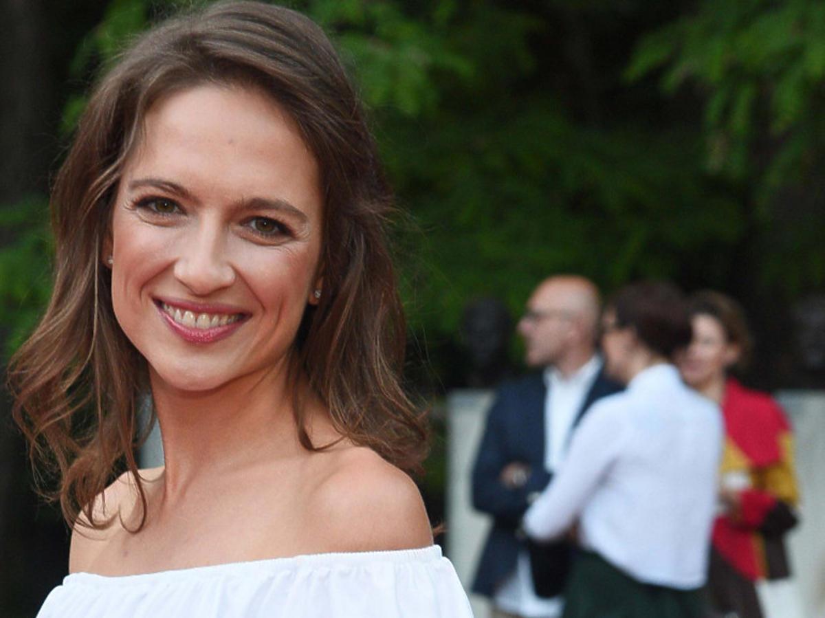 Anna Cieślak w białej sukience