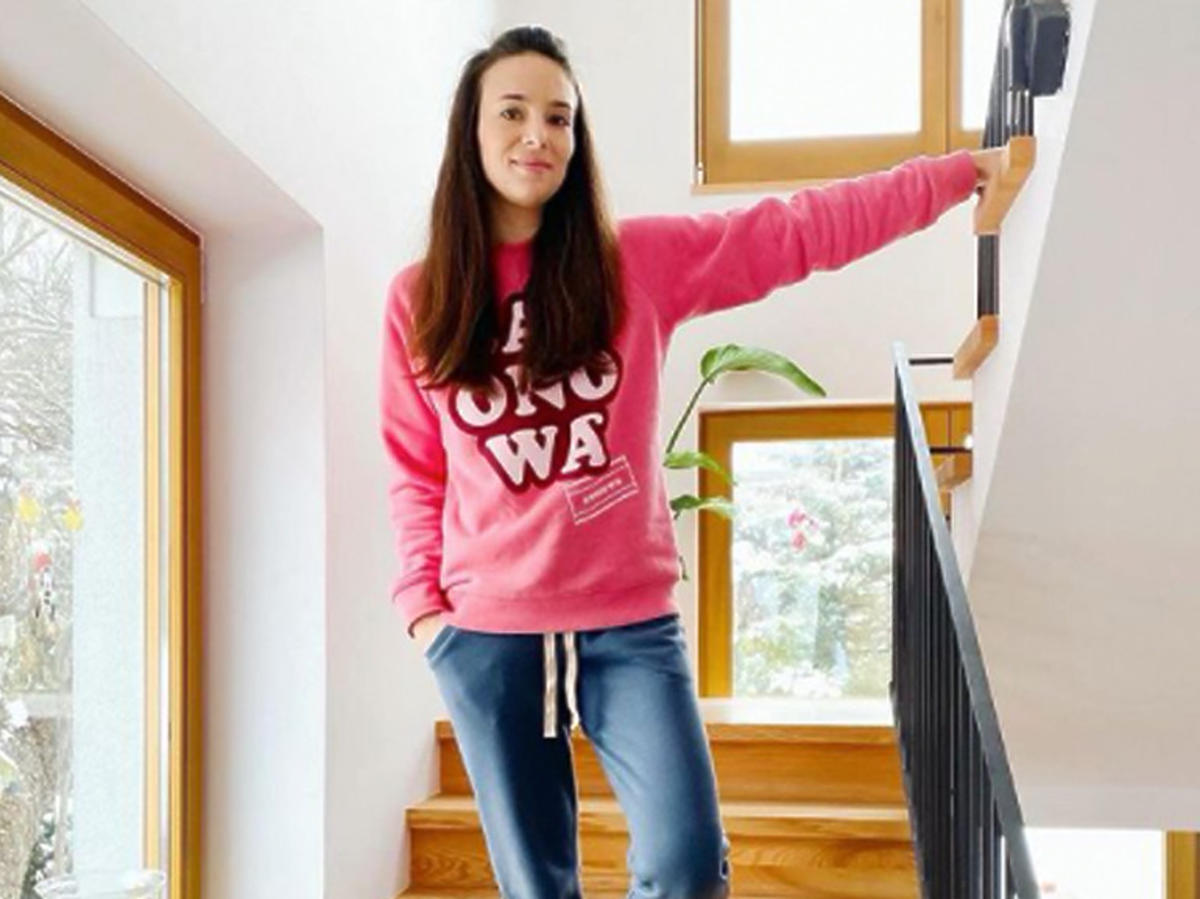 Anna Czartoryska-Niemczycka stoi na schodach