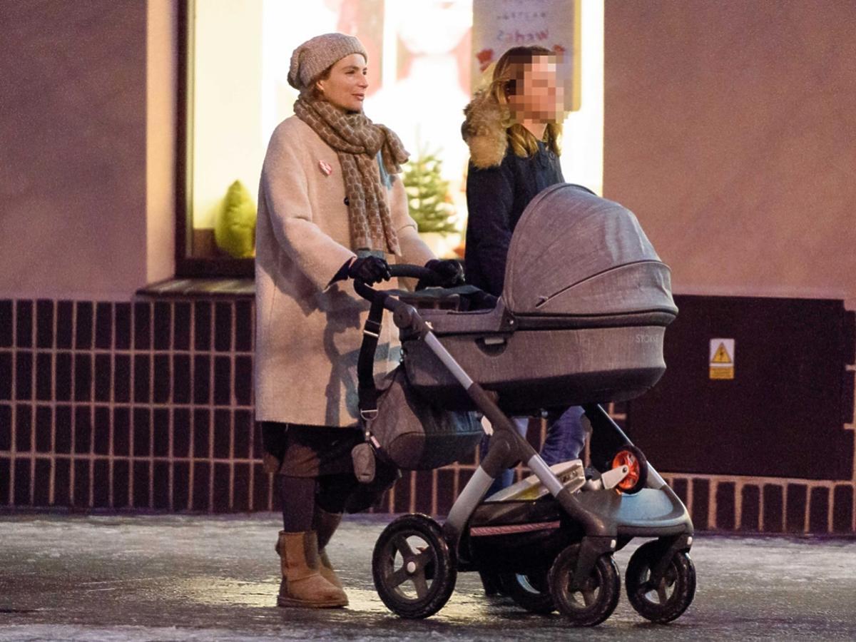 Anna Dereszowska na spacerze z dzieckiem