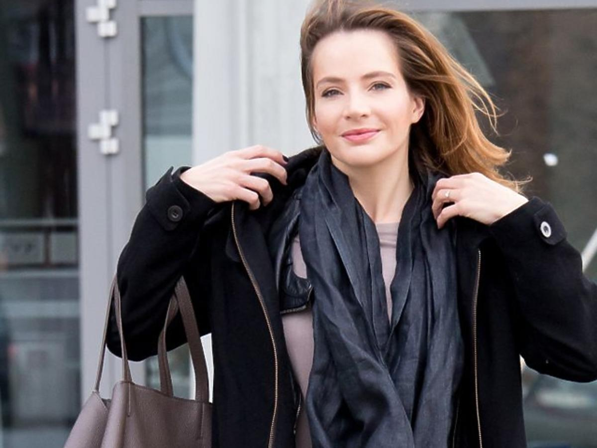 Anna Dereszowska pod studiem TVP