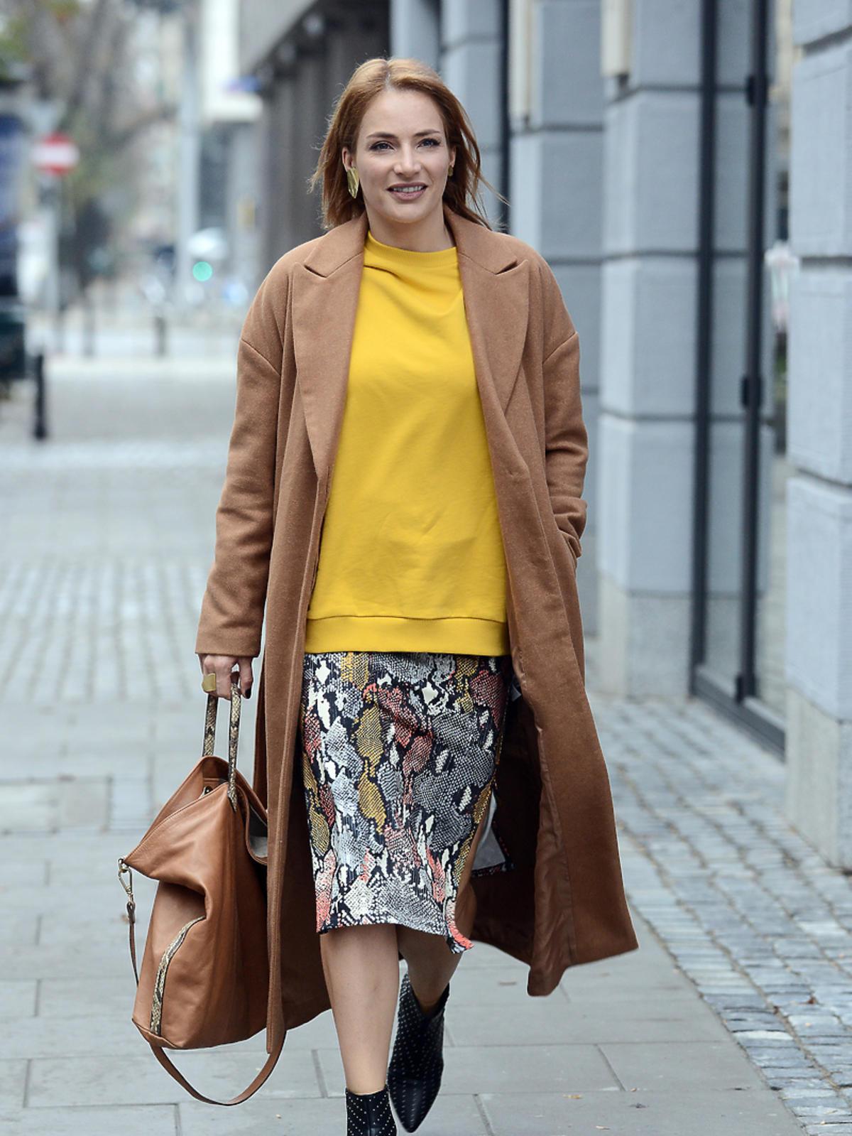 Anna Dereszowska w camelowym płaszczu z Reserved