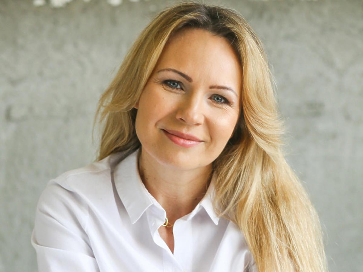Anna Guzik w białej koszuli