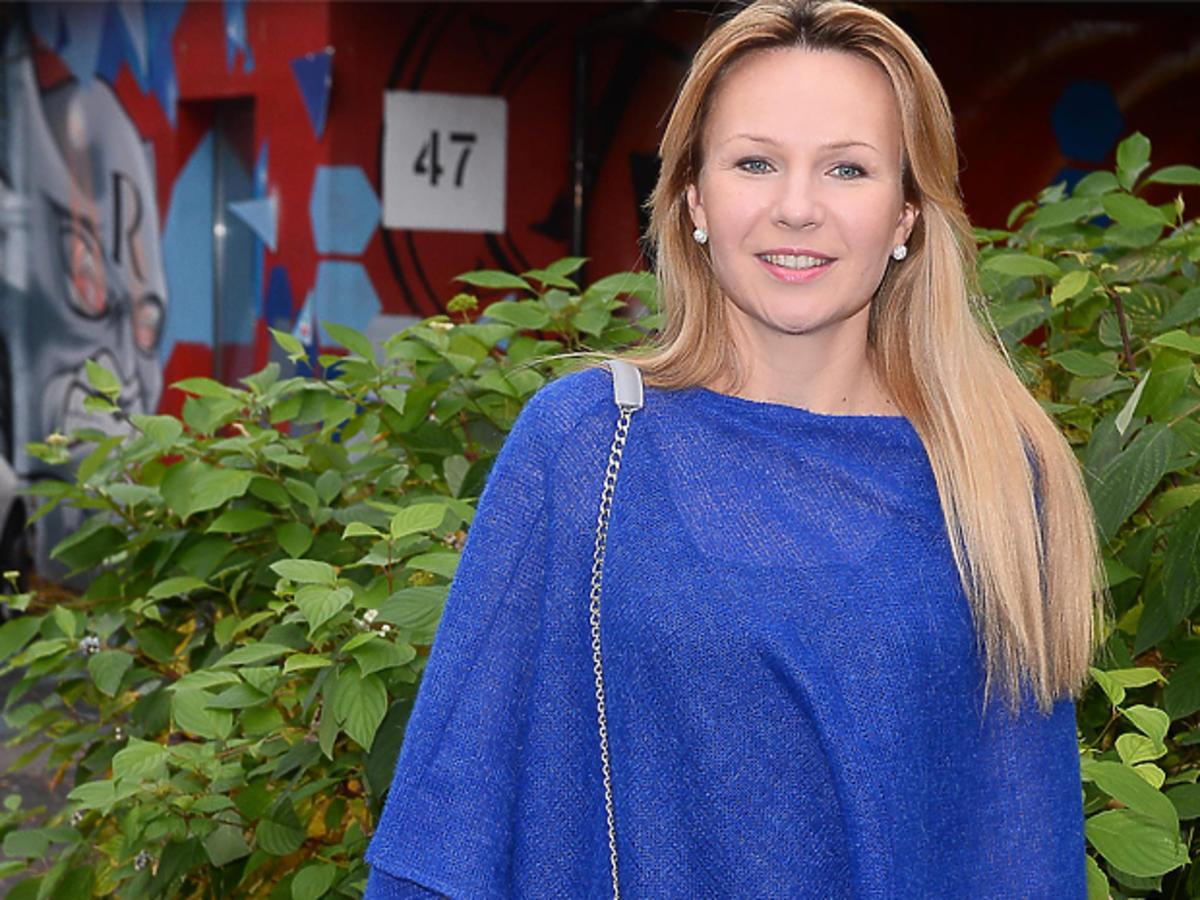 Anna Guzik w niebieskiej bluzce