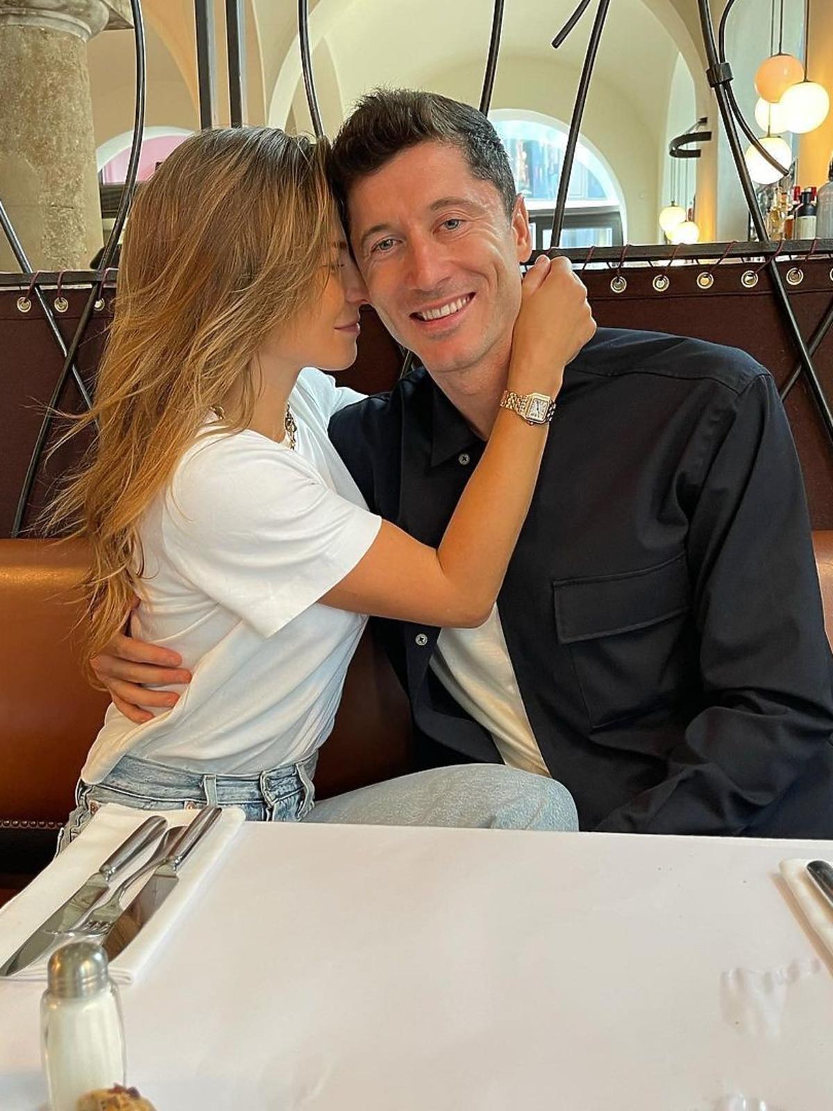 Anna i Robert Lewandowscy przytulają się