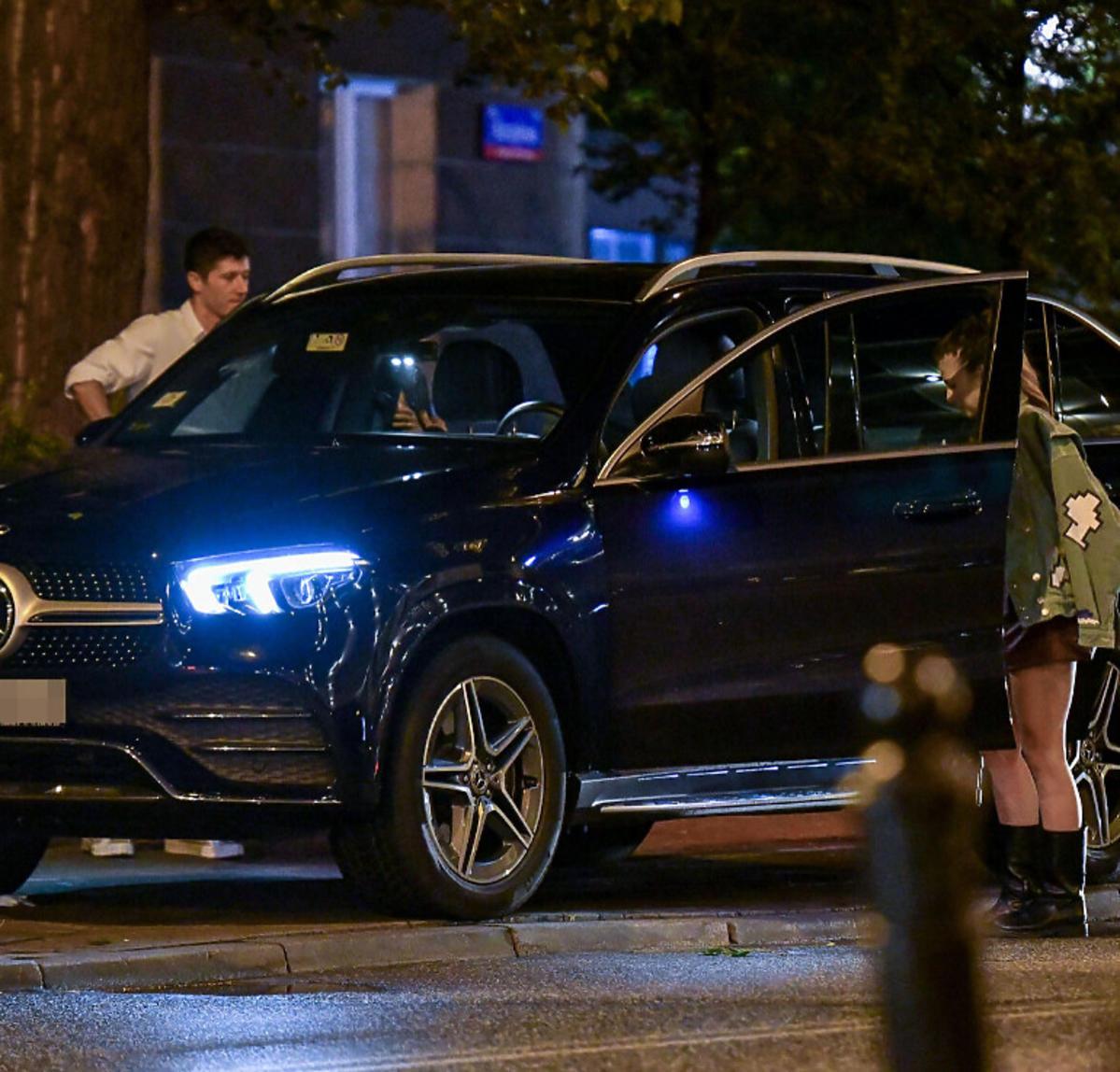 Anna i Robert Lewandowscy wsiadają do samochodu