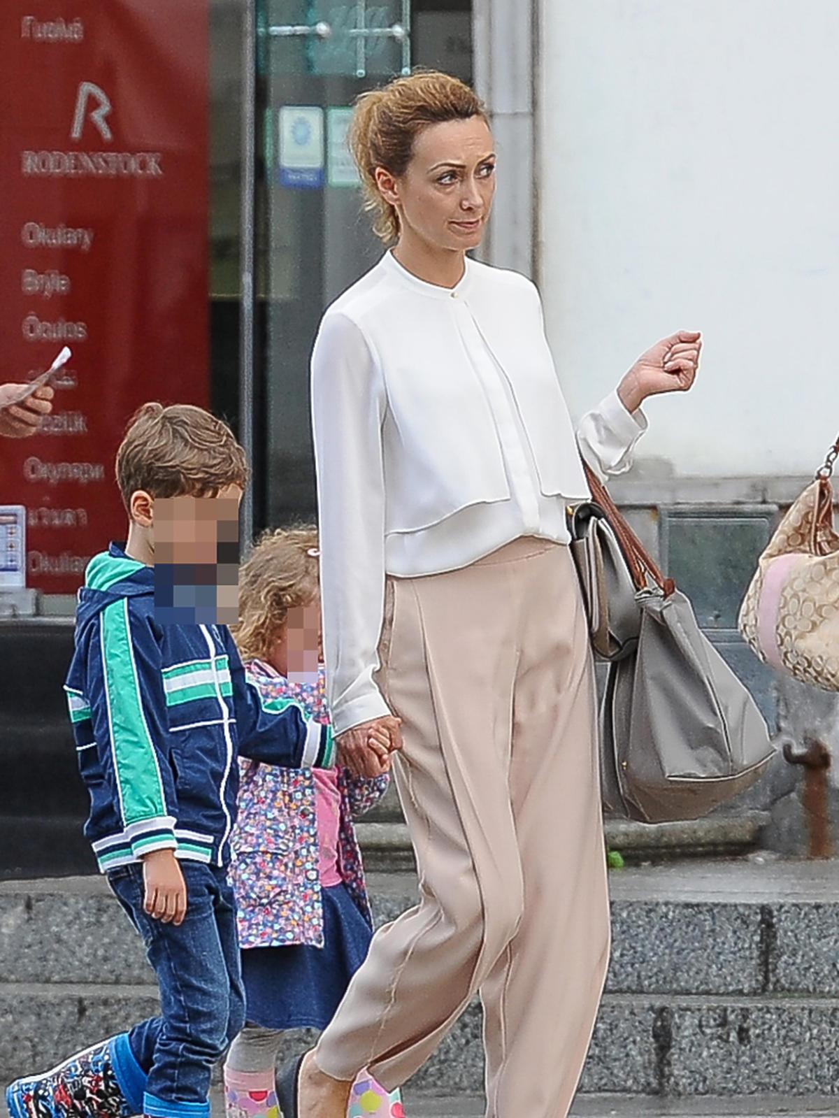 Anna Kalczyńska na spacerze z dziećmi