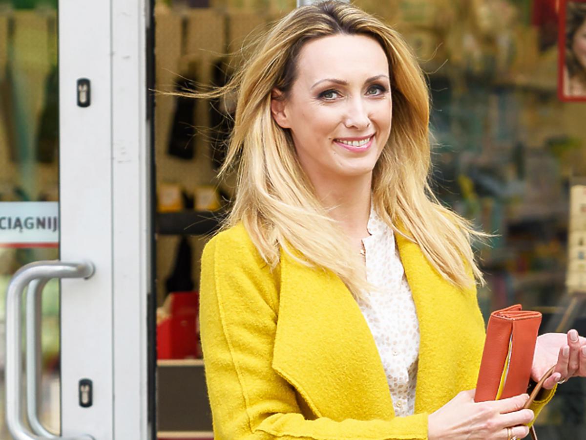 Anna Kalczyńska w żółtym płaszczu
