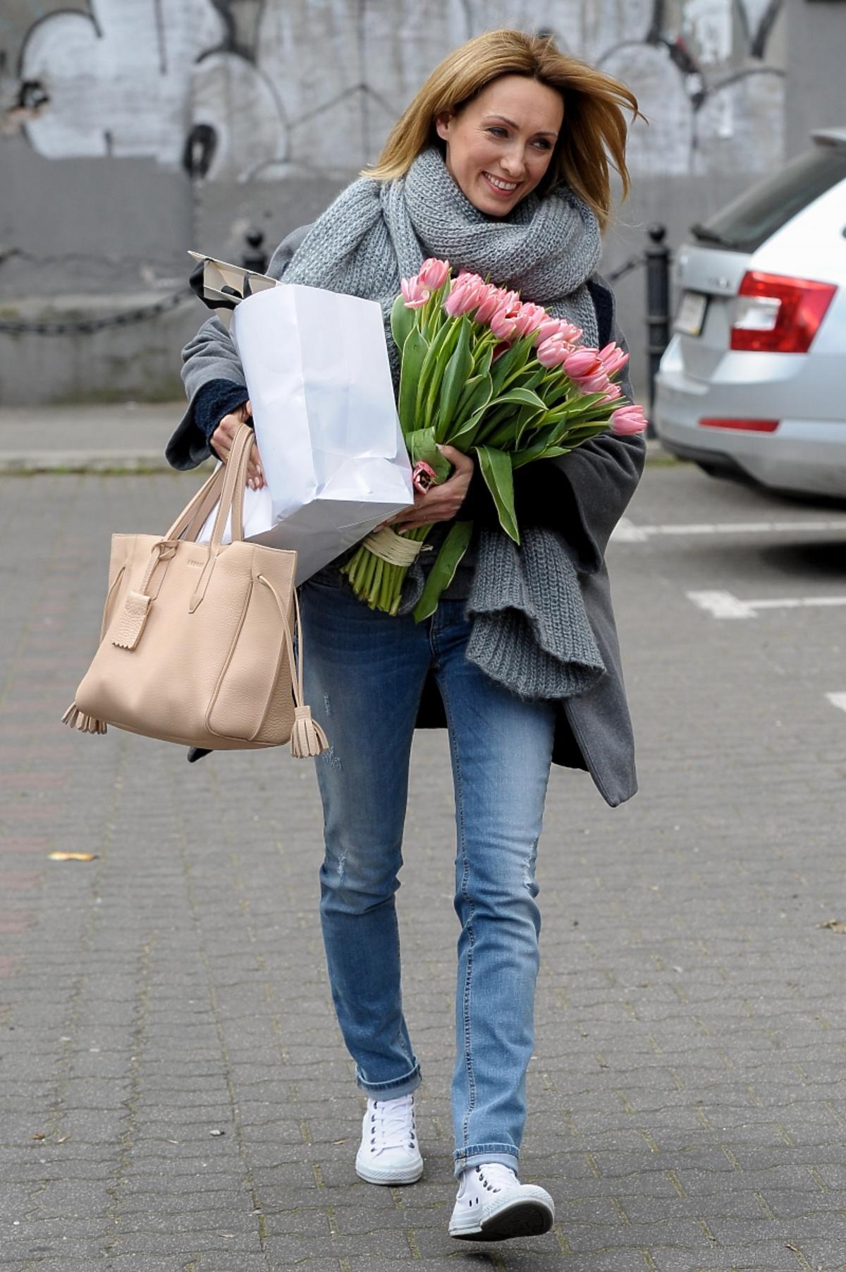 Anna Kalczyńska z beżową torebką