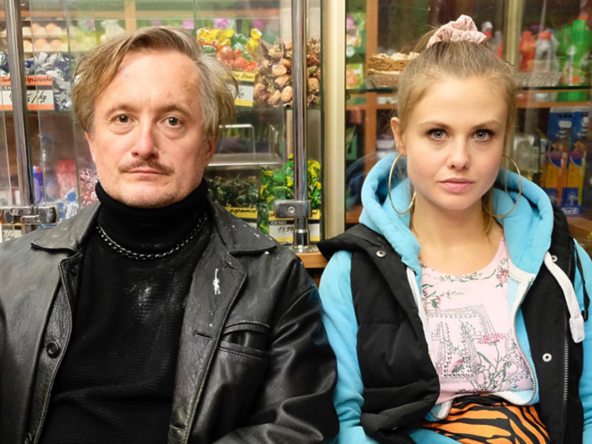 Anna Karczmarczyk w niebieskiej bluzie i Mikołaj Cieślak z czarym golsie i skórzanej kurtce