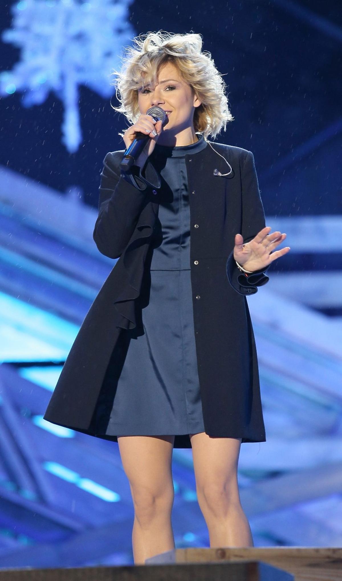 Anna Karwan w czarnym płaszczu