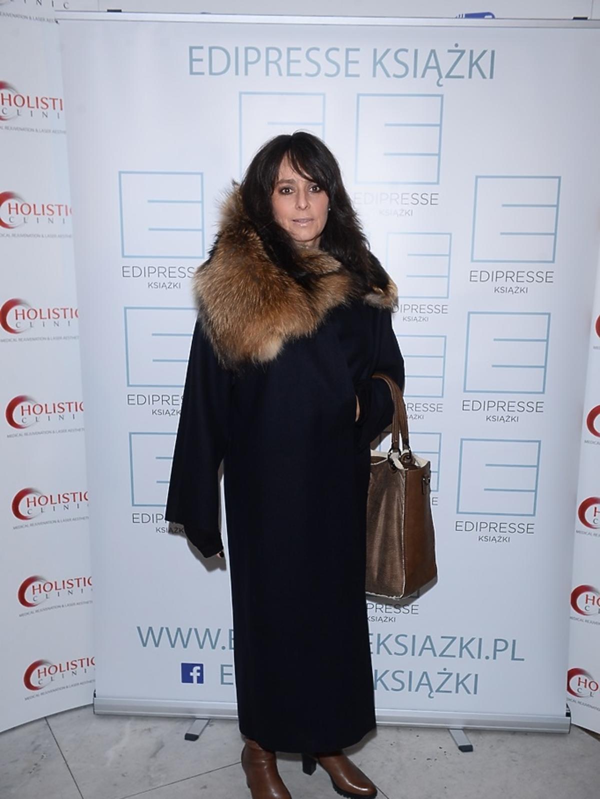 Anna Korcz w płaszczu z futrem