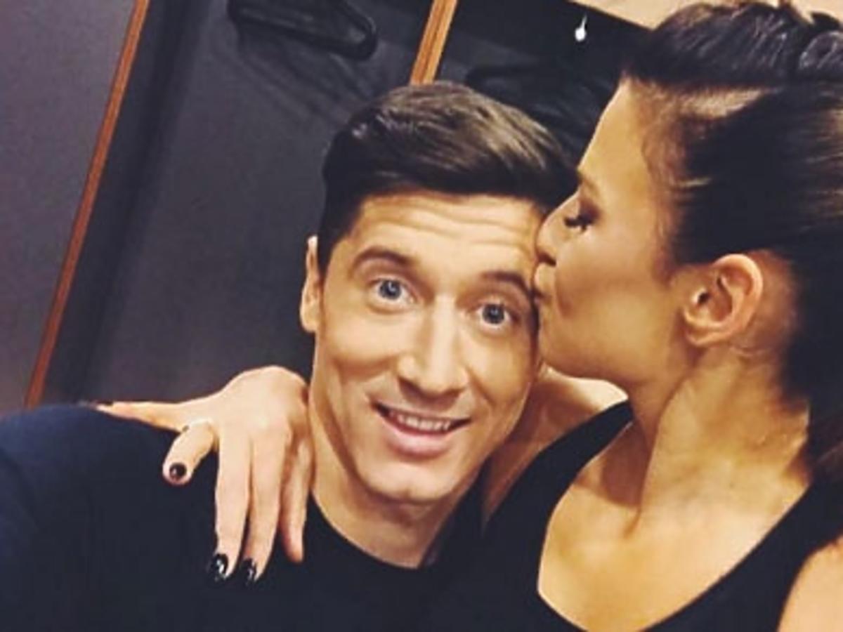 Anna Lewandowska całuje Roberta Lewandowskiego
