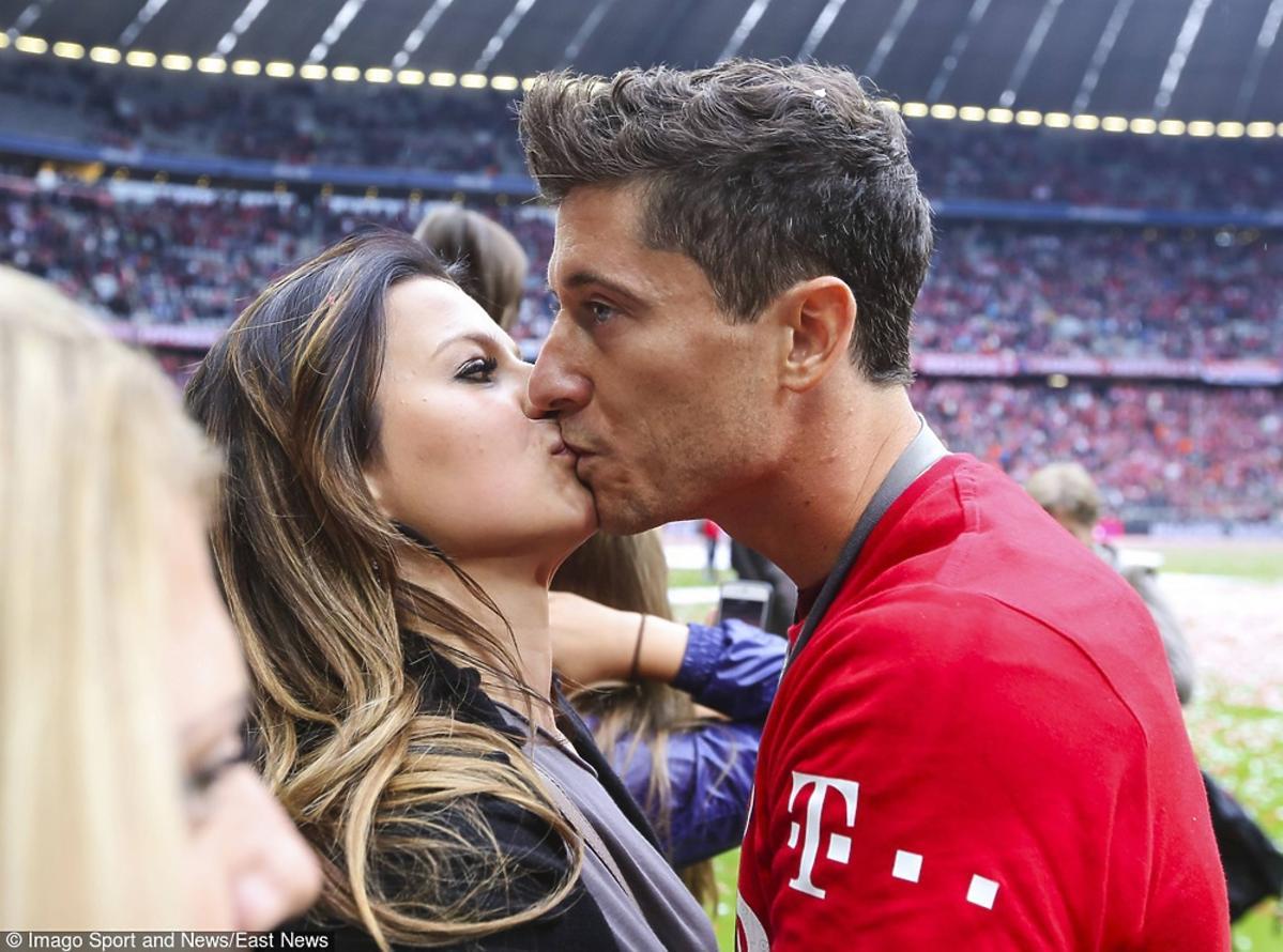 Anna Lewandowska całuje Roberta Lewandowskiego po meczu