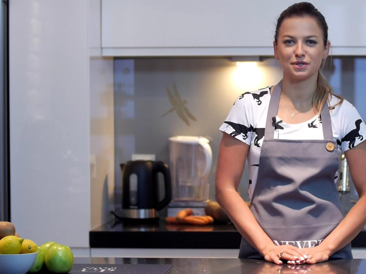 Anna Lewandowska gotuje w kuchni