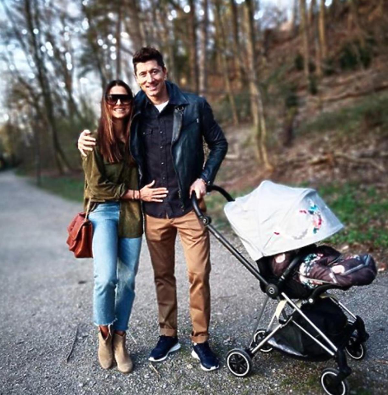 Anna Lewandowska i Robert Lewandowski na spacerze z Klarą