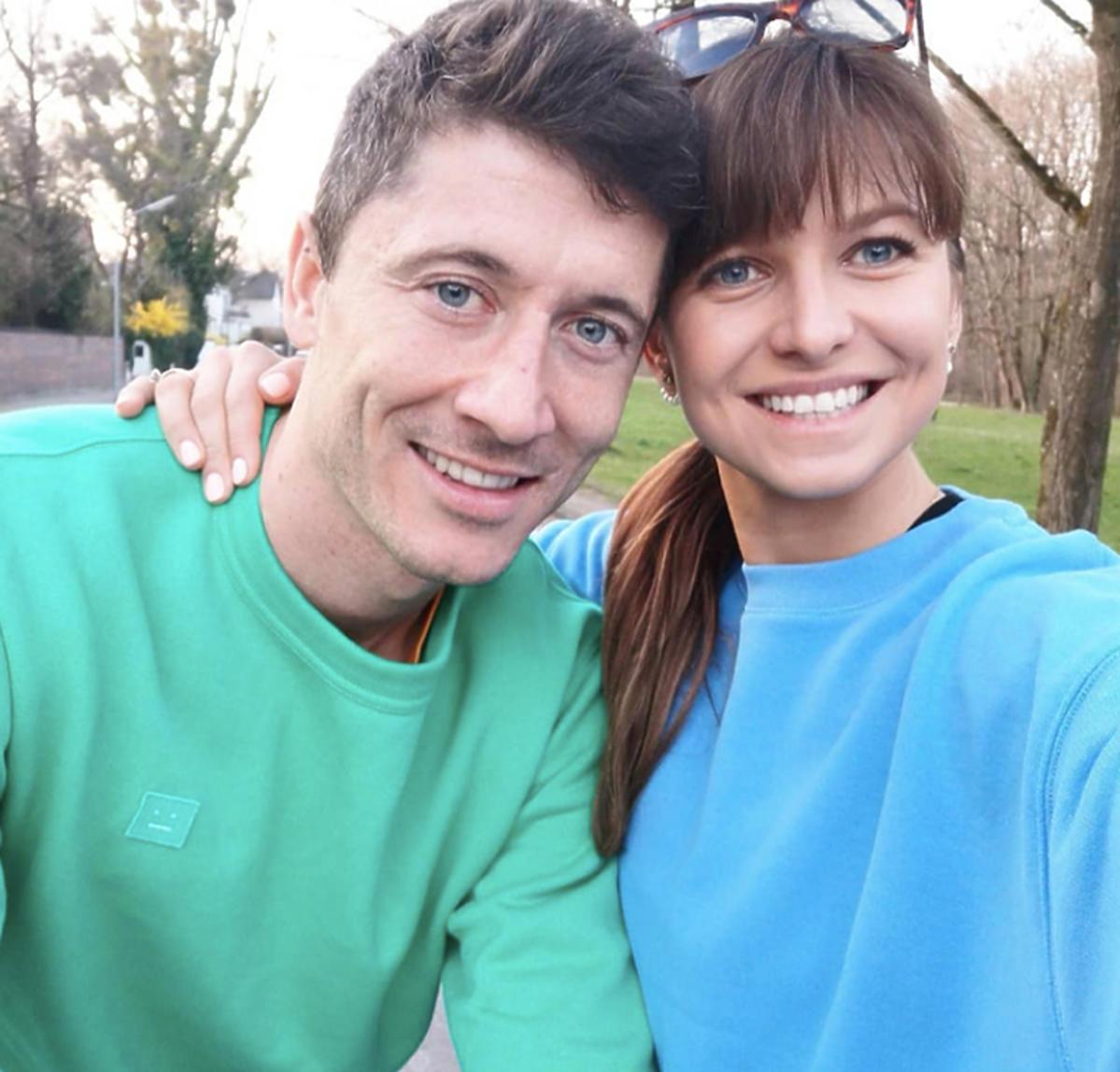 Anna Lewandowska i Robert Lewandowski w kolorowych podobnych bluzach