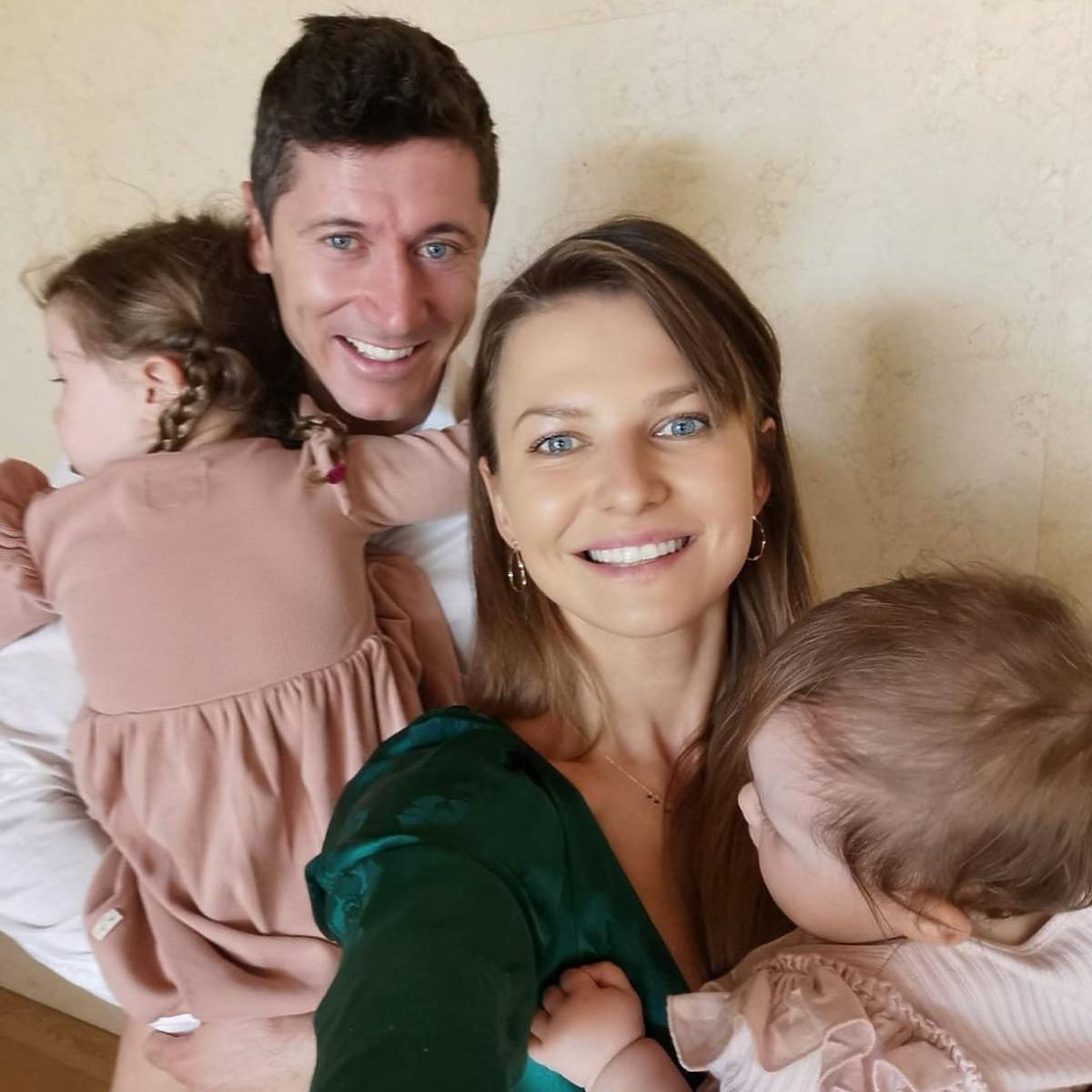 Anna Lewandowska i Robert Lewandowski z dziećmi