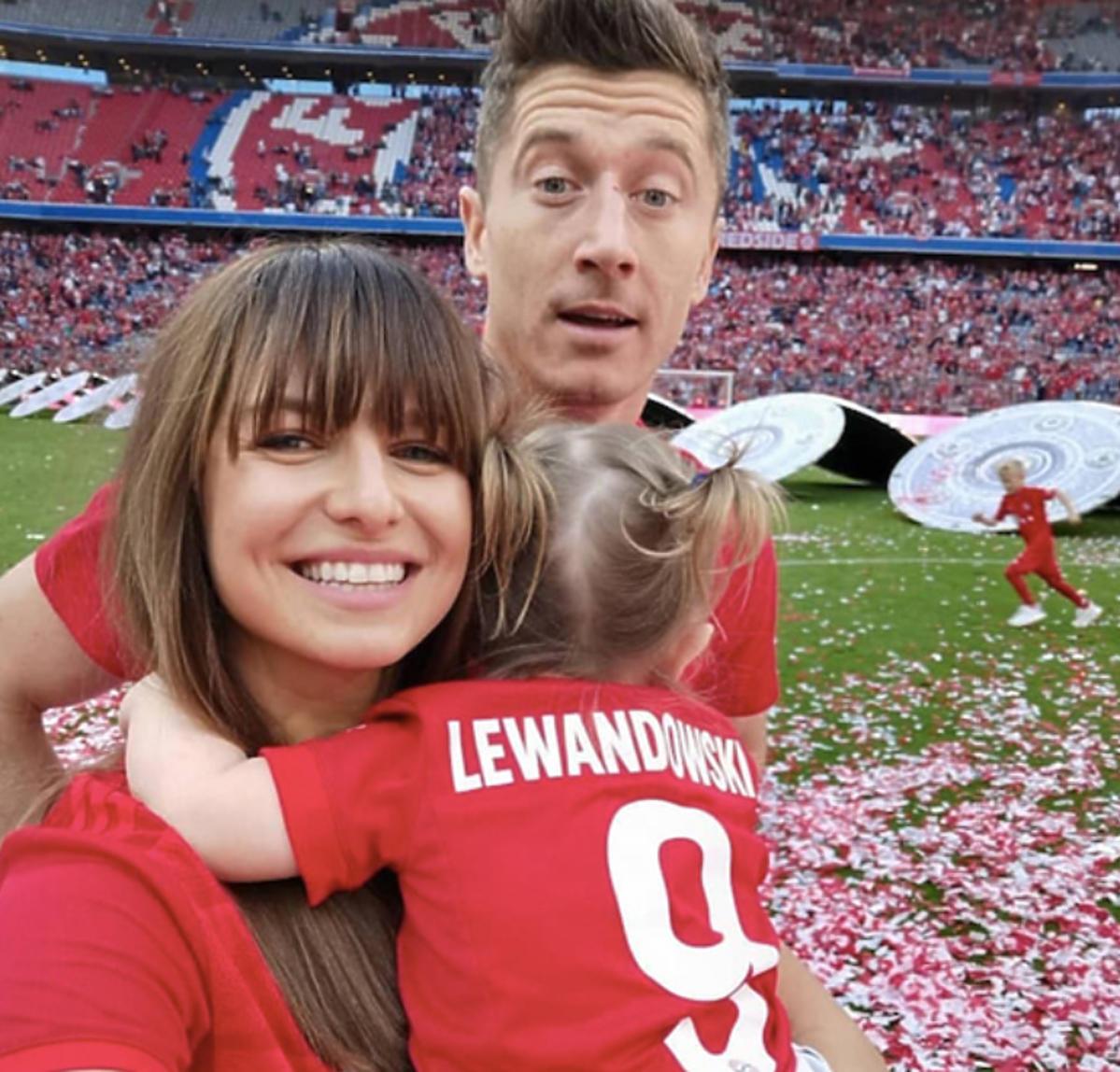 Anna Lewandowska, Klara Lewandowska, Robert Lewandowski 18 maja na meczu