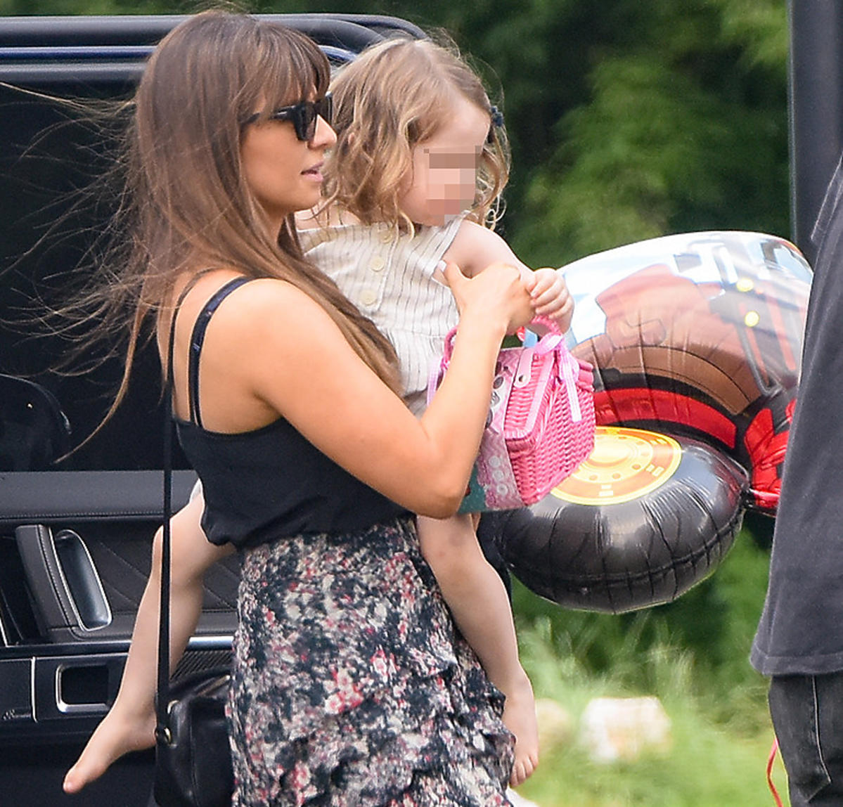 Anna Lewandowska na spacerze z córkami. Ma torebkę Gucci za ponad 4200 zł