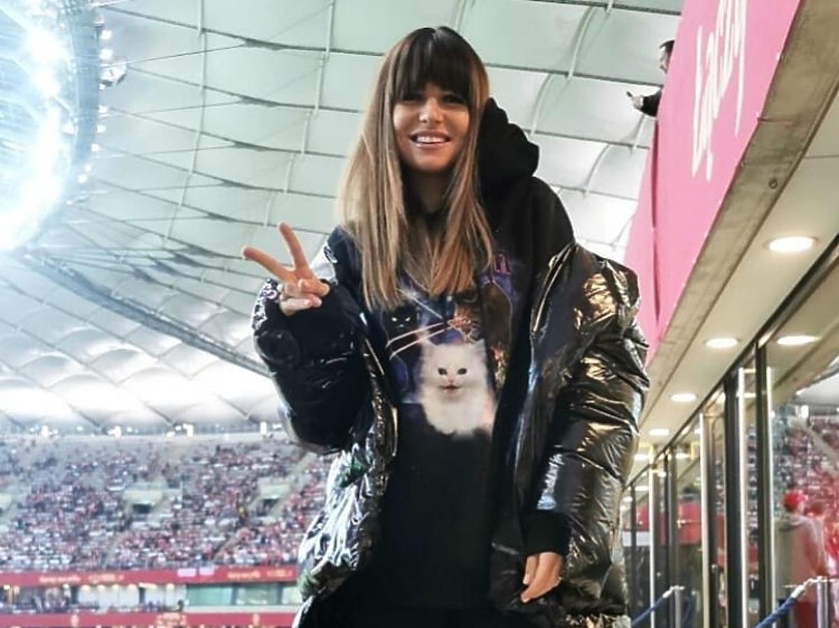 Anna Lewandowska pozuje w czarnej bluzie z nadrukiem kota  MSGM