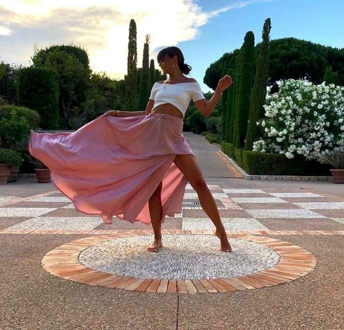Anna Lewandowska pozuje w różowej zwiewnej spódnicy