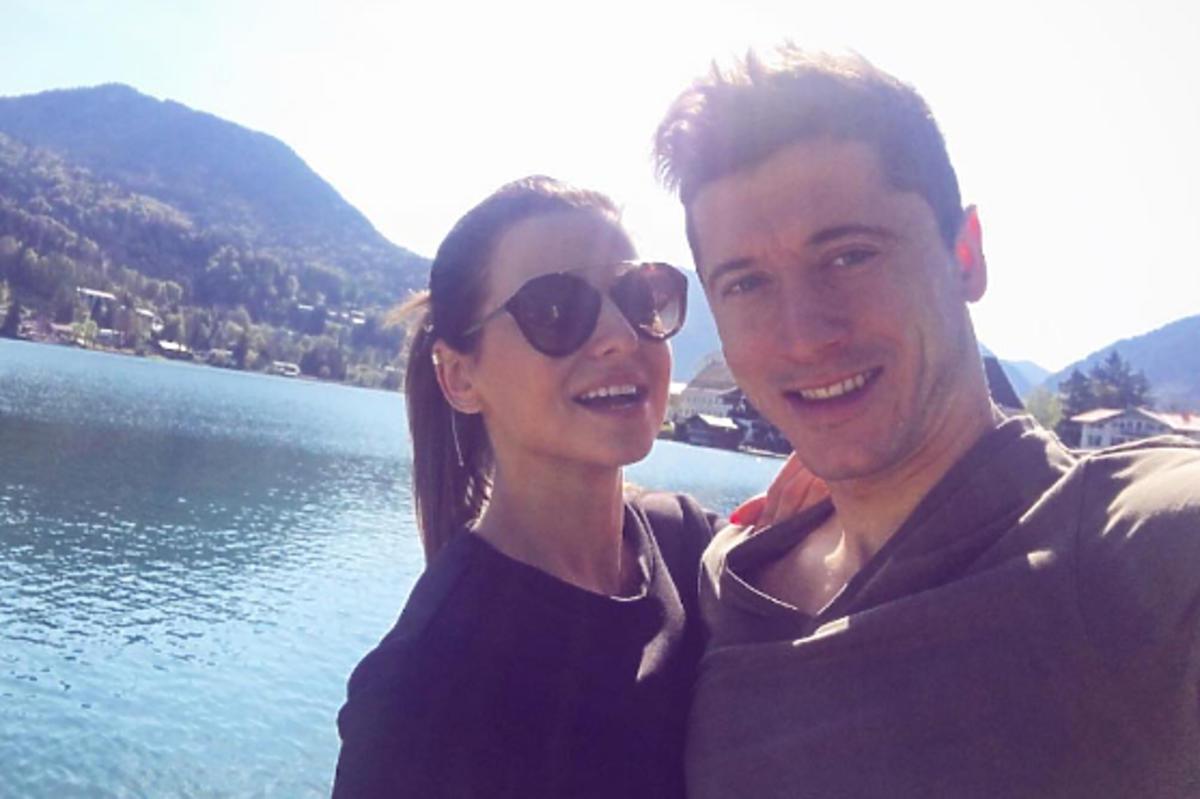 Anna Lewandowska, Robert Lewandowski pozują do selfie na wakacjach