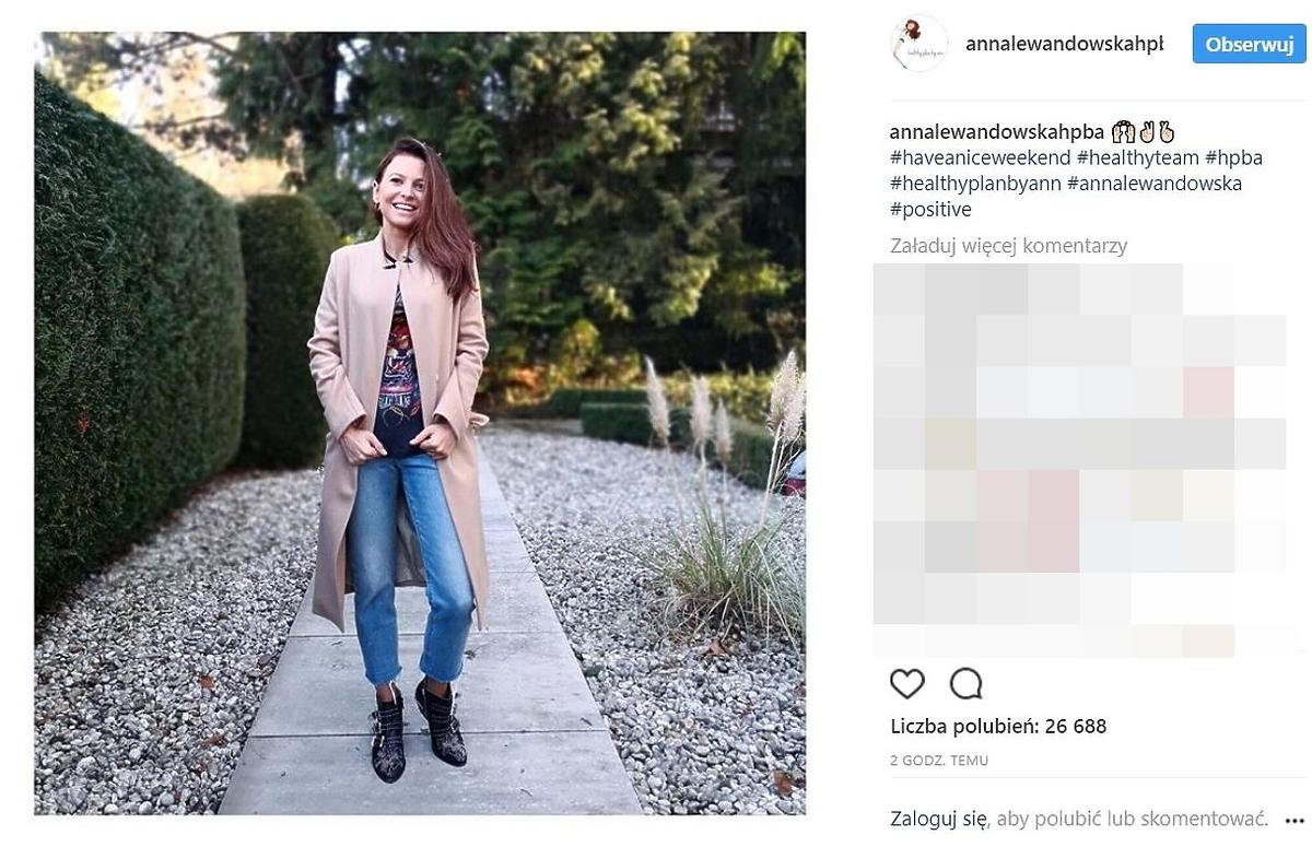 Anna Lewandowska w beżowym płaszczu polskiej marki