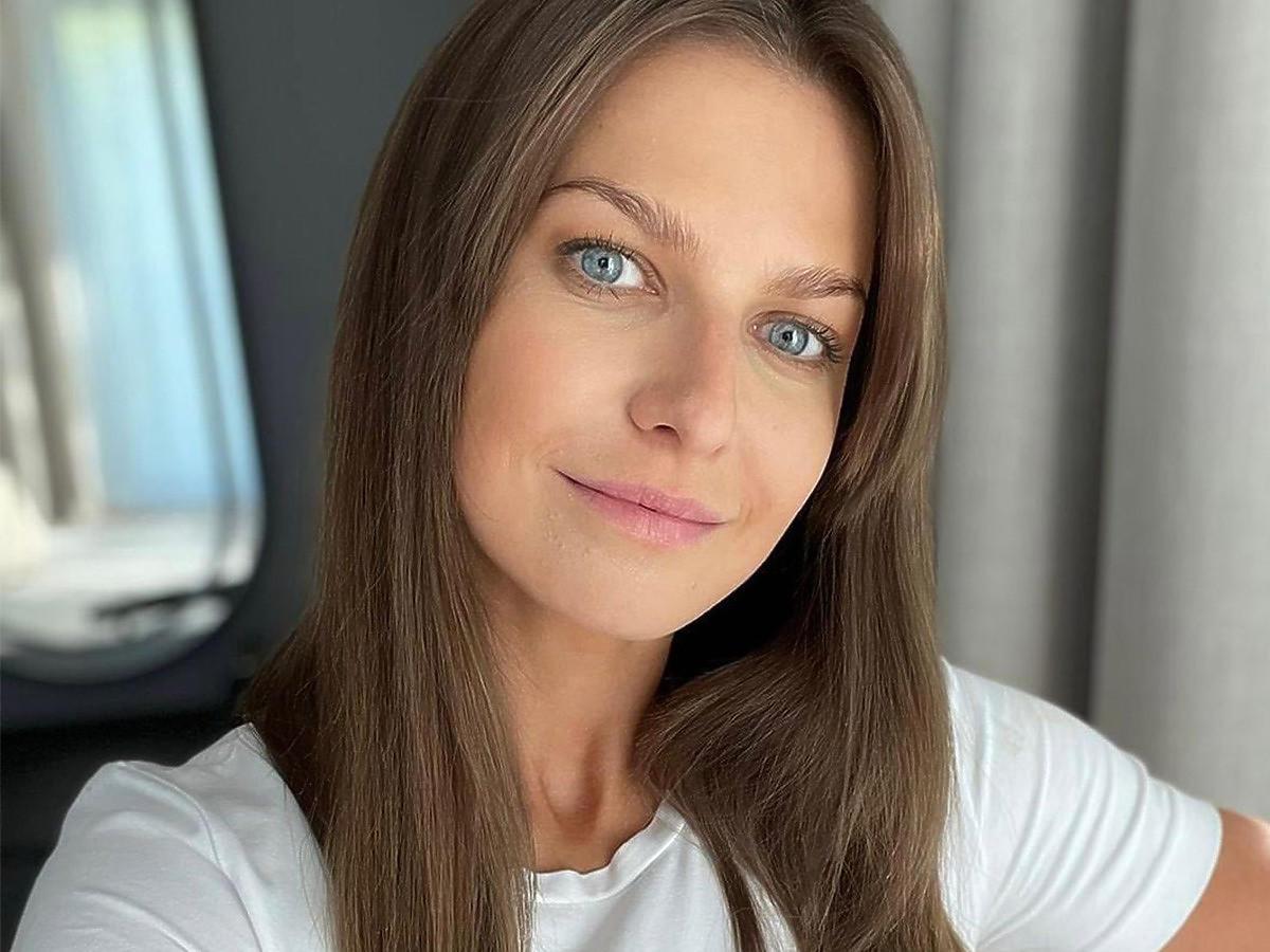Anna Lewandowska w białej koszulce