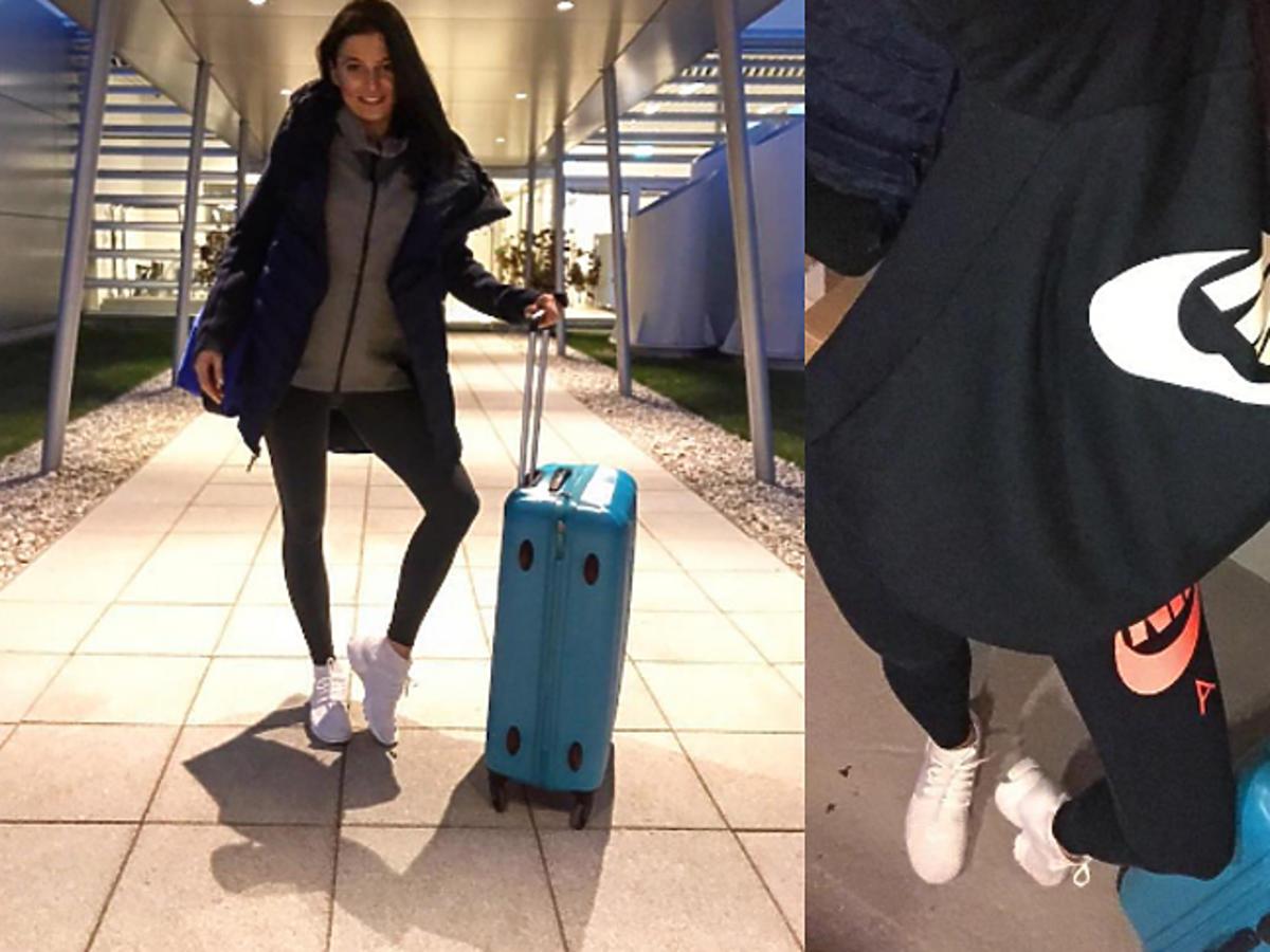 Anna Lewandowska w bluzie i z walizką