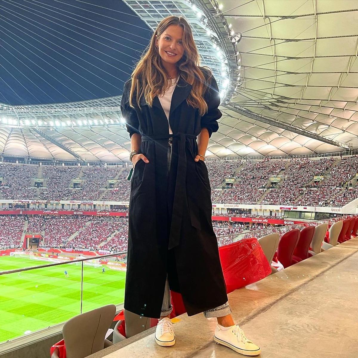 Anna Lewandowska w czarnym płaszczu na meczu Polska-Anglia
