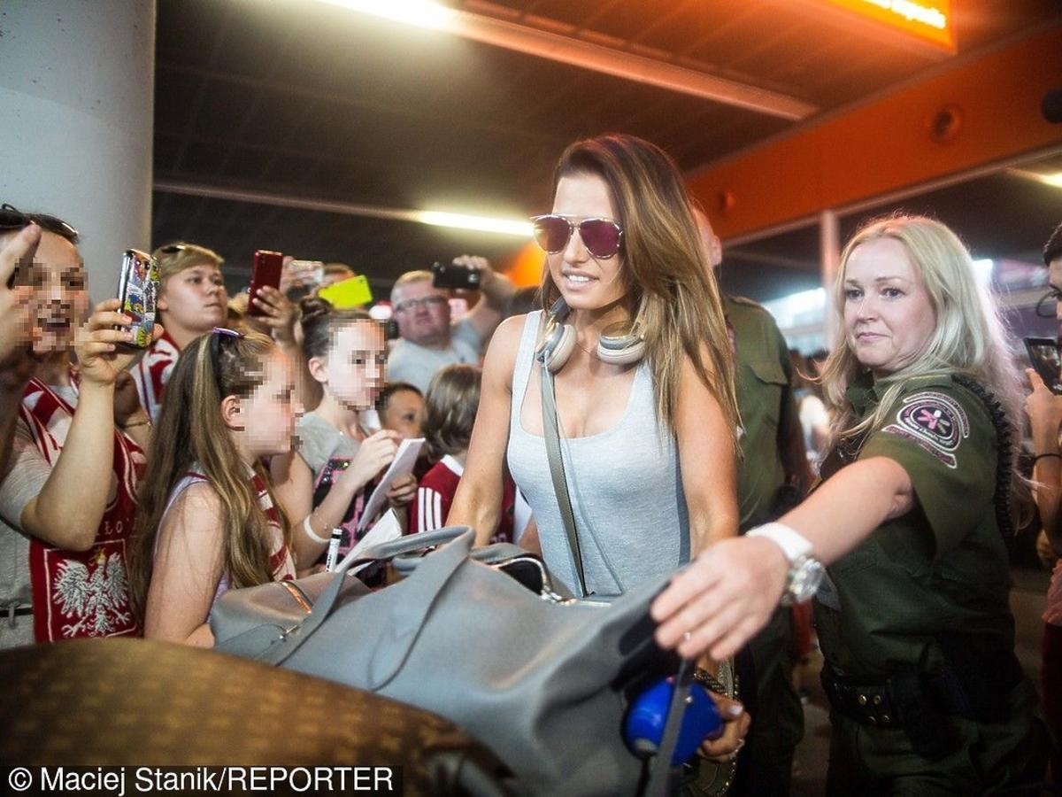 Anna Lewandowska w szarej bluzce