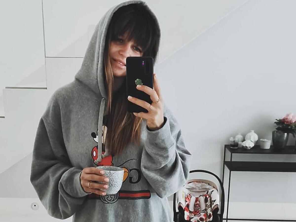 Anna Lewandowska w szarej bluzie