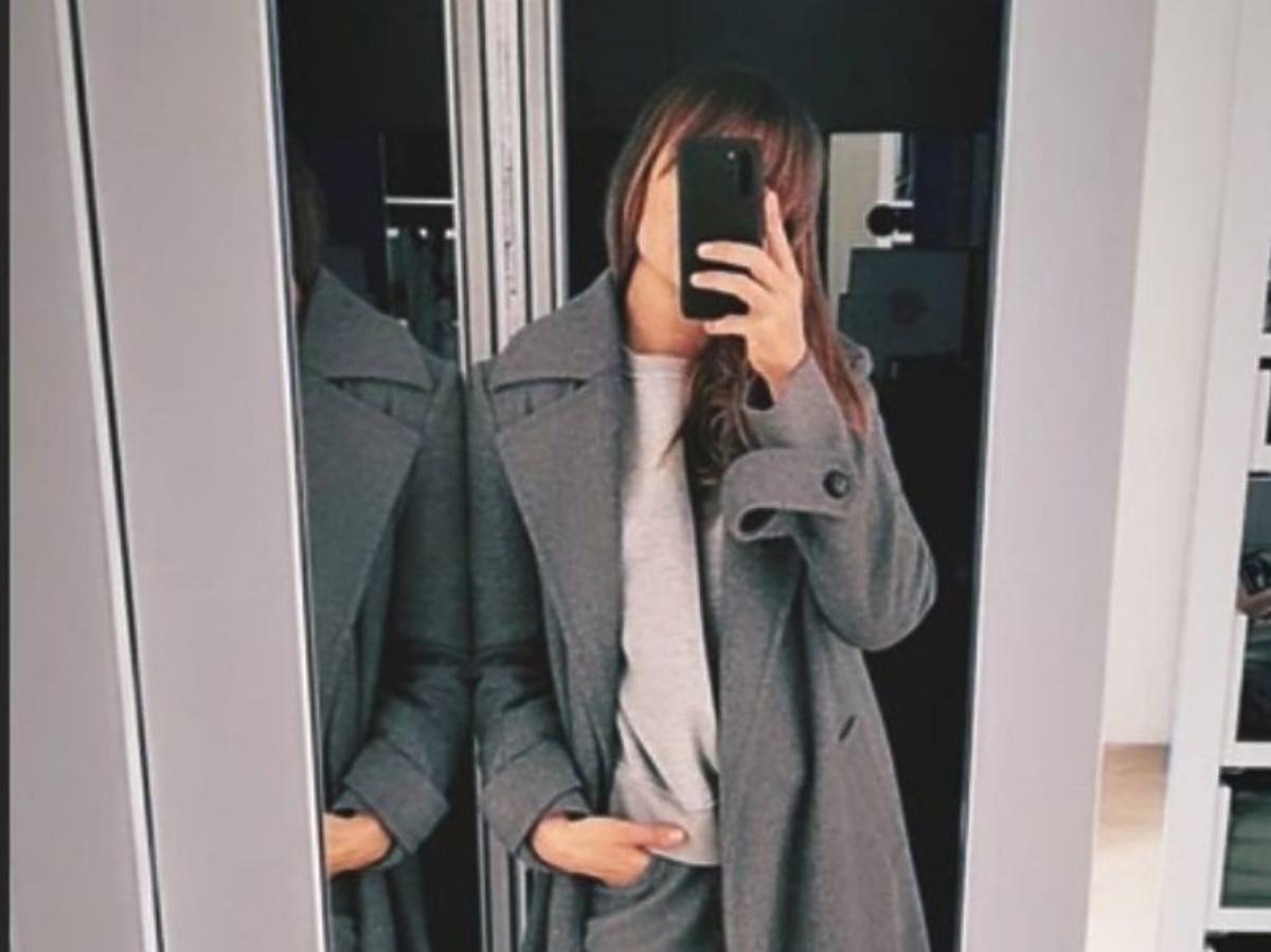 Anna Lewandowska w szarym płaszczu na jesień