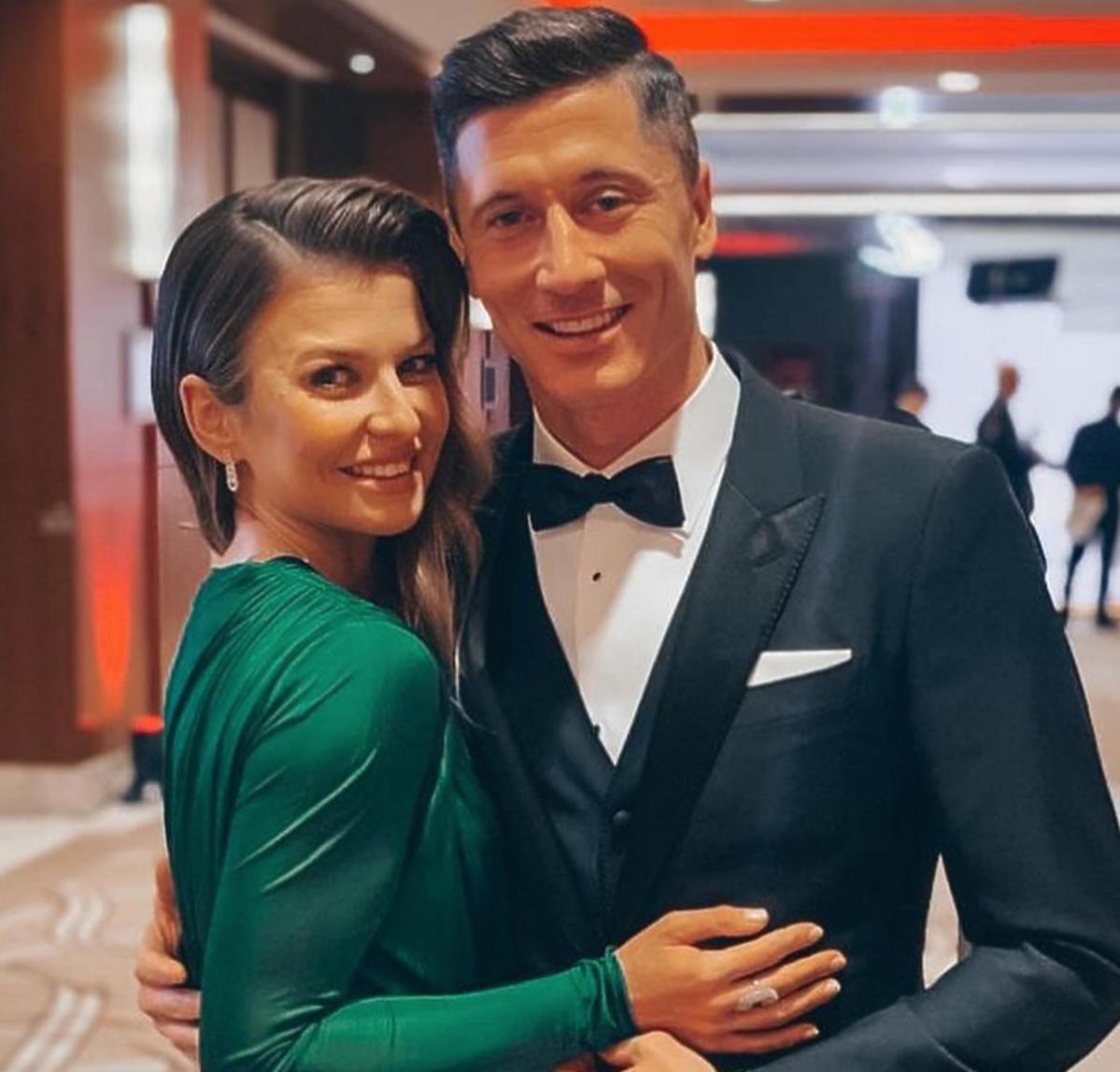 Anna Lewandowska w zielonej sukni i Robert Lewandowski w garniturze
