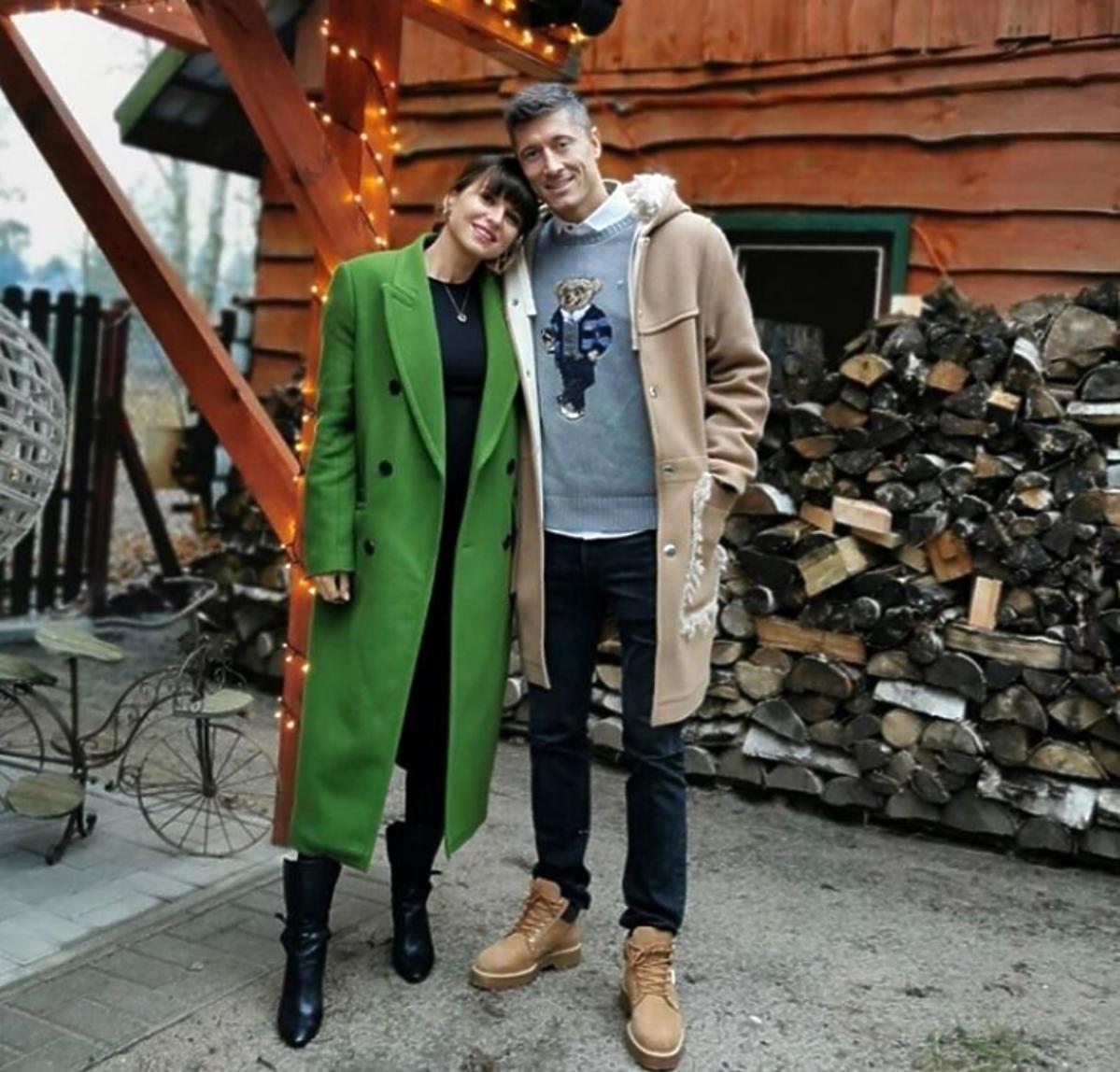Anna Lewandowska w zielonym płaszczu, Robert Lewandowski w bluzie z misiem