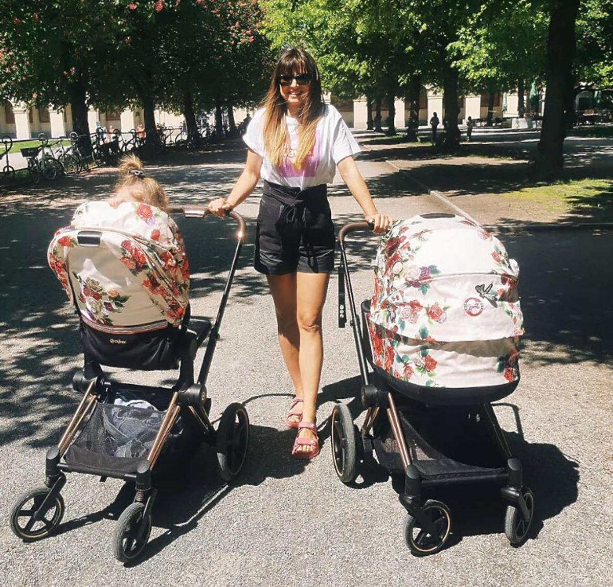Anna Lewandowska wozi 3 letnią Klarę w spacerówce