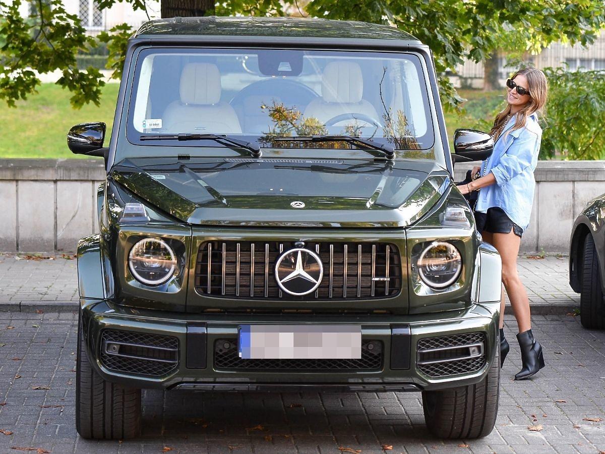 Anna Lewandowska wsiada do luksusowego samochodu